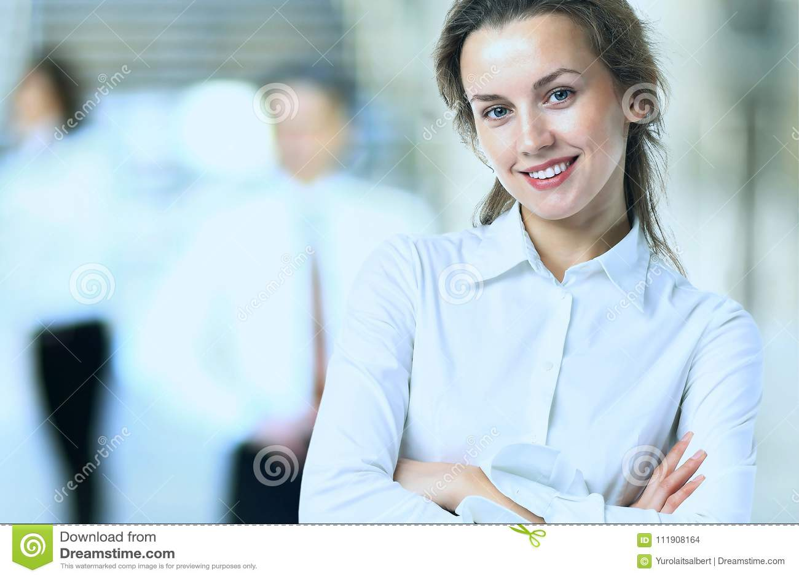 Η επιχειρησιακή κυρία με το θετικό κοιτάζει και εύθυμη τοποθέτηση χαμόγελου