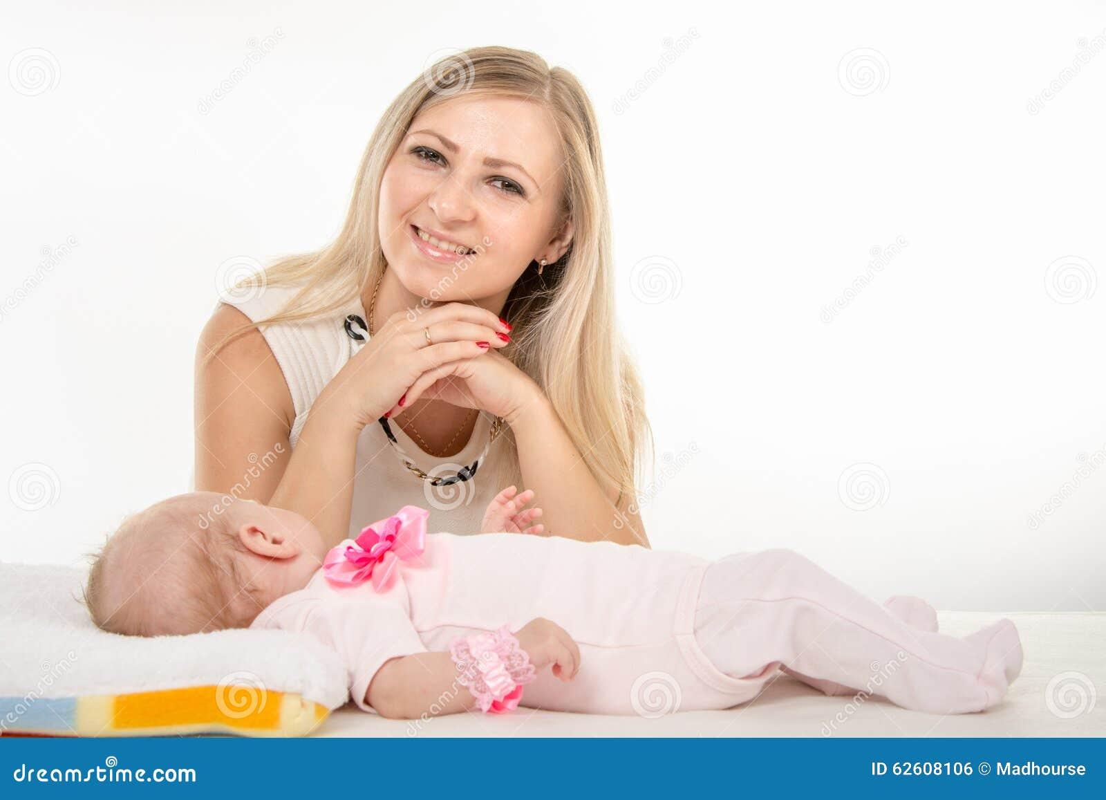 Η ευτυχής μητέρα που εξετάζει το πλαίσιο δίπλα σε το είναι δίμηνη κόρη