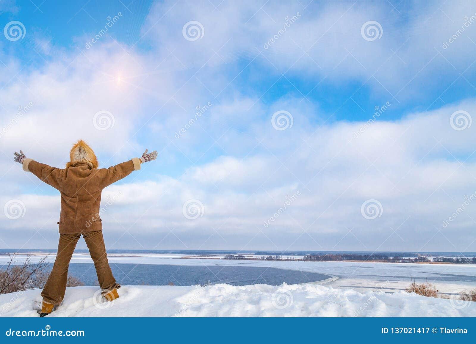 Η ευτυχής χαρούμενη οπίσθια σκιαγραφία γυναικών στο σακάκι γουνών και μισεί
