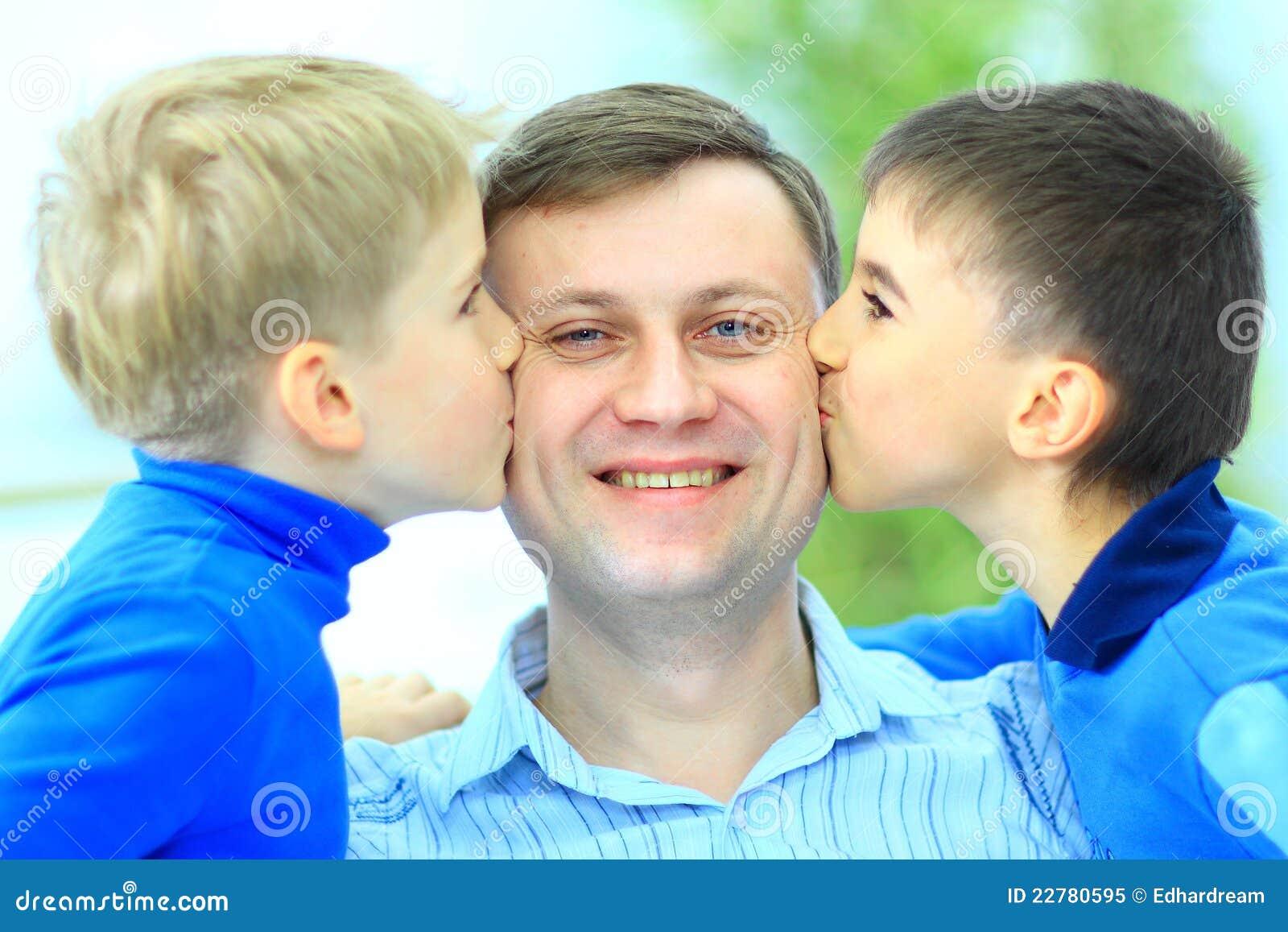 η ευτυχία αγοριών φιλά λίγ&