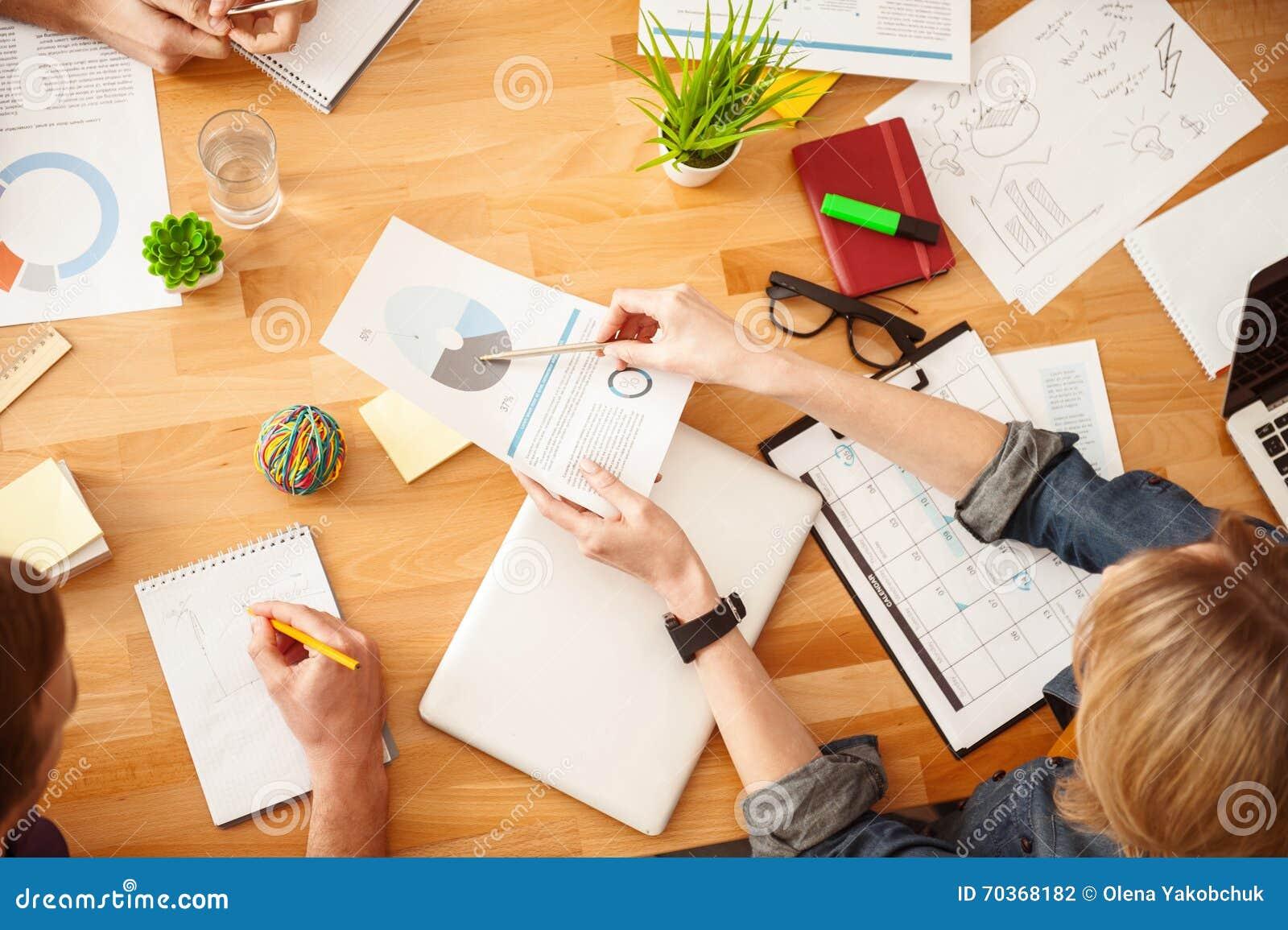 Η εύθυμη δημιουργική ομάδα κάνει τη γραφική εργασία