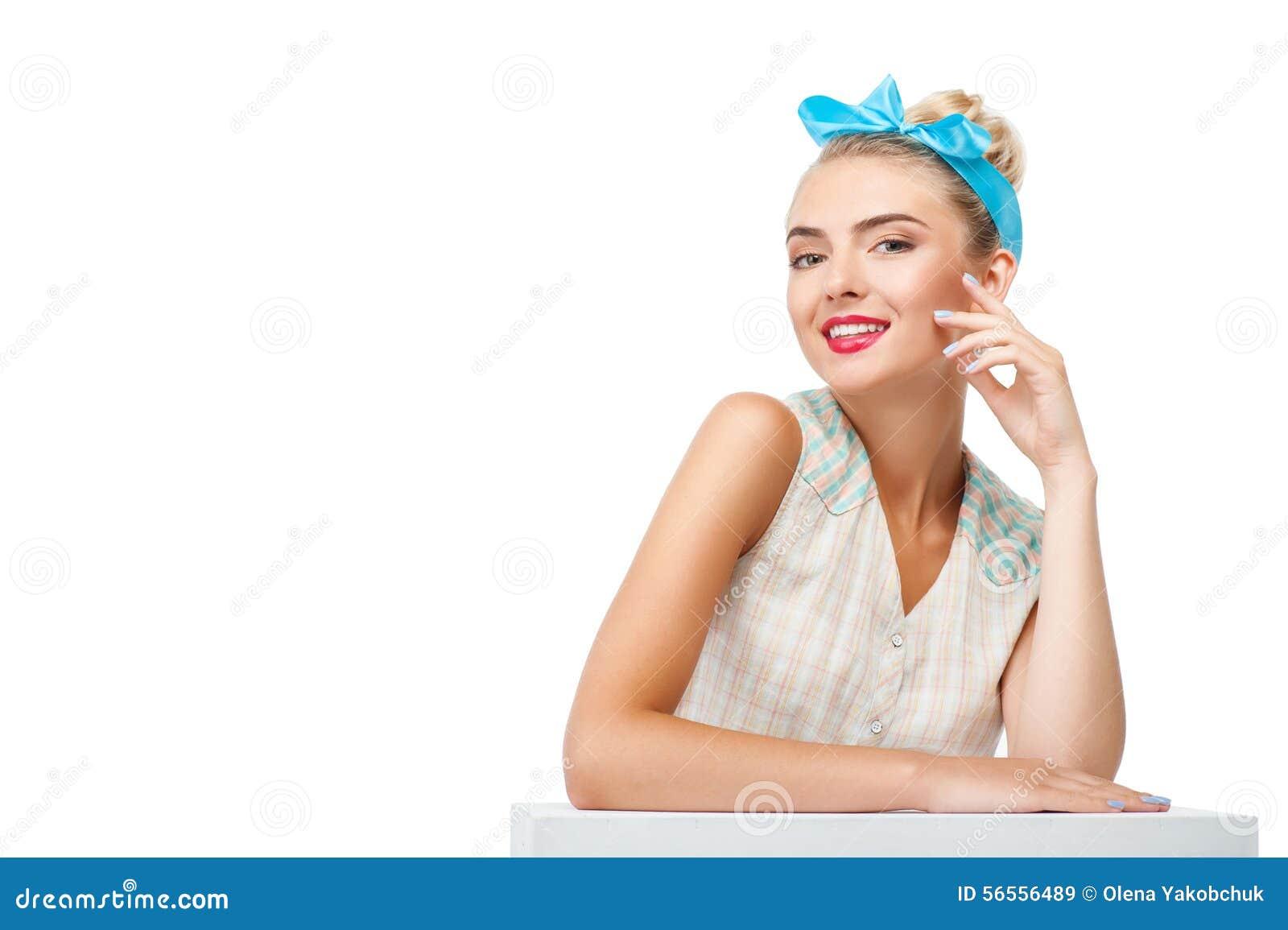 Download Η εύθυμη νέα ξανθή γυναίκα την παρουσιάζει Στοκ Εικόνα - εικόνα από ελπίδα, θηλυκότητα: 56556489