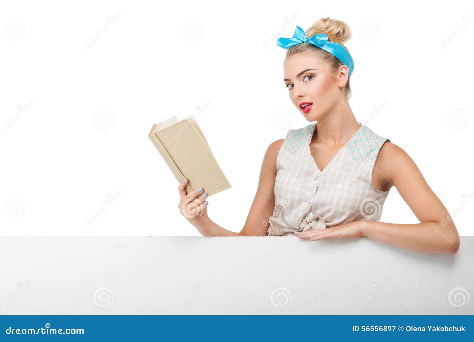 Download Η ελκυστική νέα γυναίκα διαβάζει να ενδιαφέρει Στοκ Εικόνα - εικόνα από ένας, ζωή: 56556897