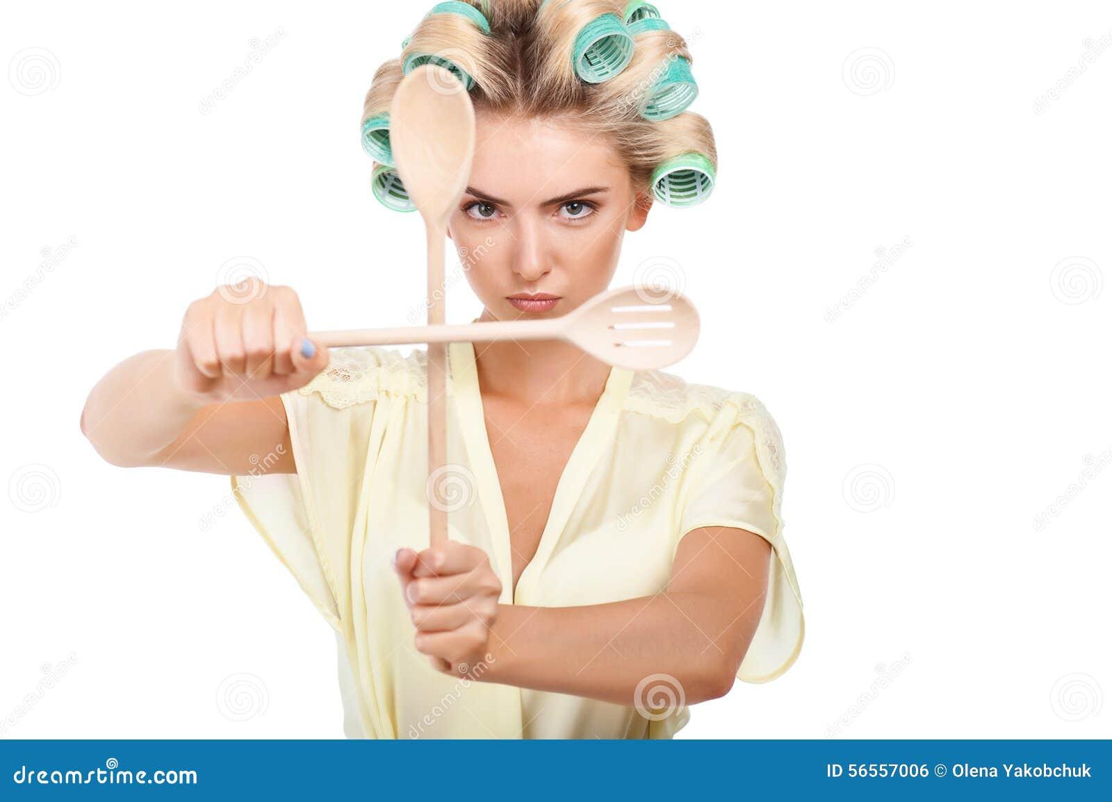 Download Η ελκυστική νέα γυναίκα προστατεύει την κουζίνα της Στοκ Εικόνες - εικόνα από φρεσκάδα, σύγκρουση: 56557006
