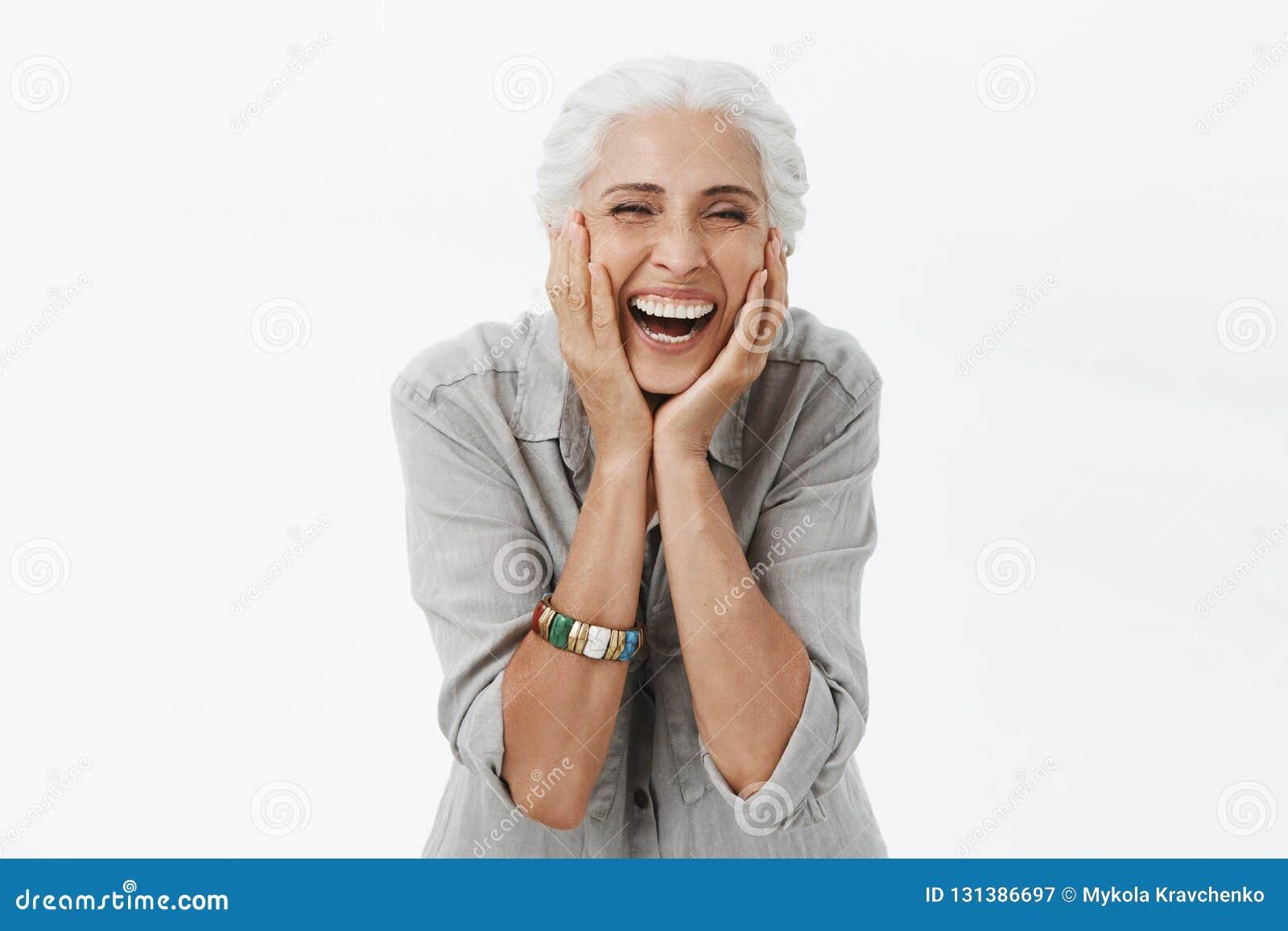 Η ζωή αρχίζει μόνο όταν γεράστε Πορτρέτο της γοητείας της ευτυχούς και ξένοιαστης Ευρωπαίας ανώτερης γυναίκας με το γκρίζο γέλιο