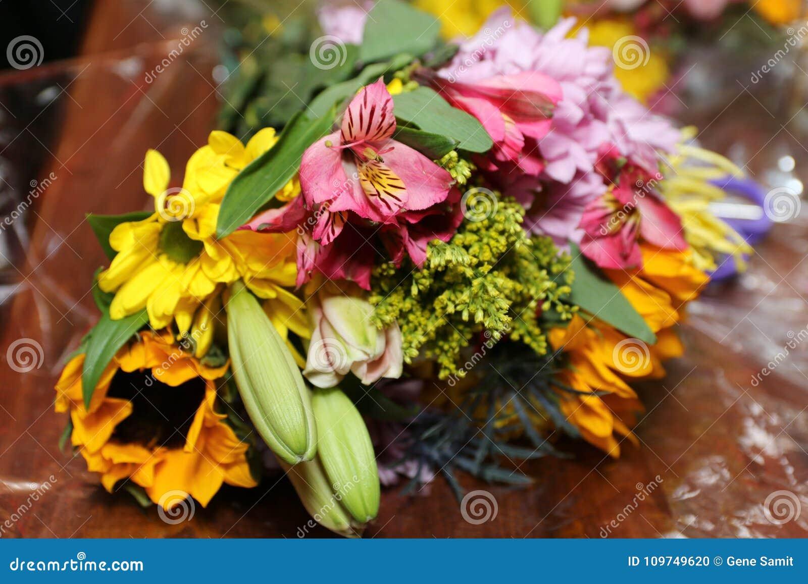 Η ζωηρόχρωμη ανθοδέσμη των λουλουδιών λαμπρύνει την ημέρα
