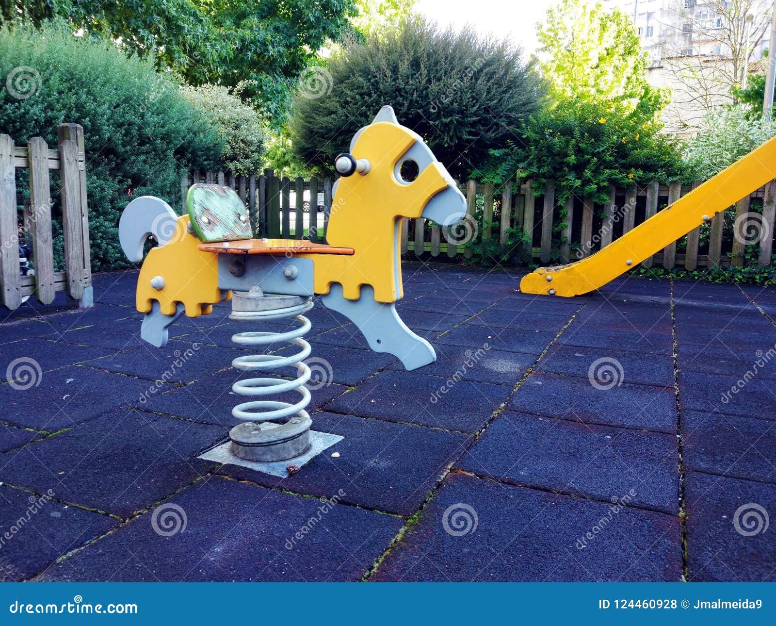 6c140654878 Η ζωηρόχρωμη παιδική χαρά παιδιών σταθμεύει δημόσια από την πράσινη ...