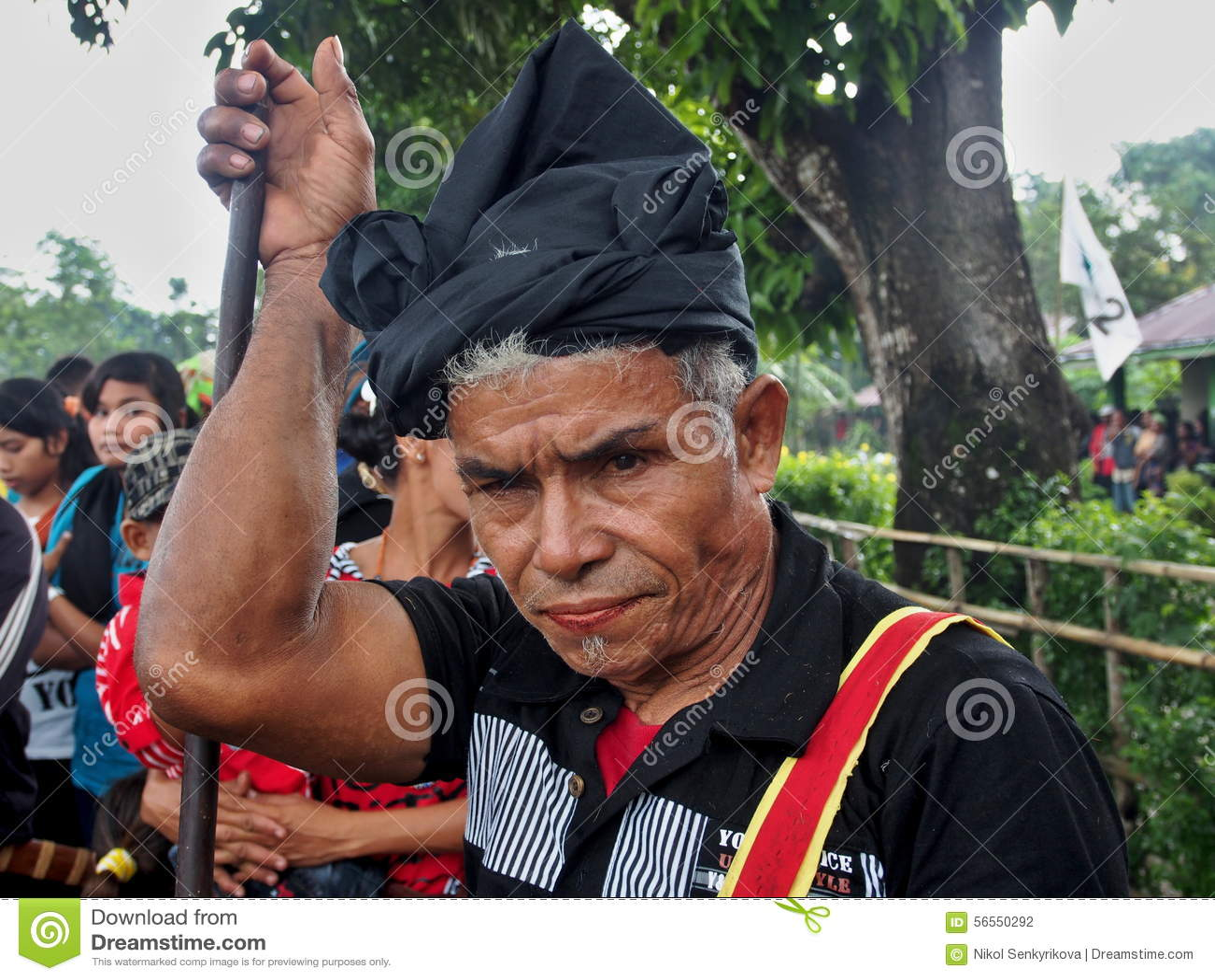 Download Ηληκιωμένος Sumbanese κατά τη διάρκεια του φεστιβάλ Pasola Εκδοτική Φωτογραφία - εικόνα από μάσημα, χώρα: 56550292