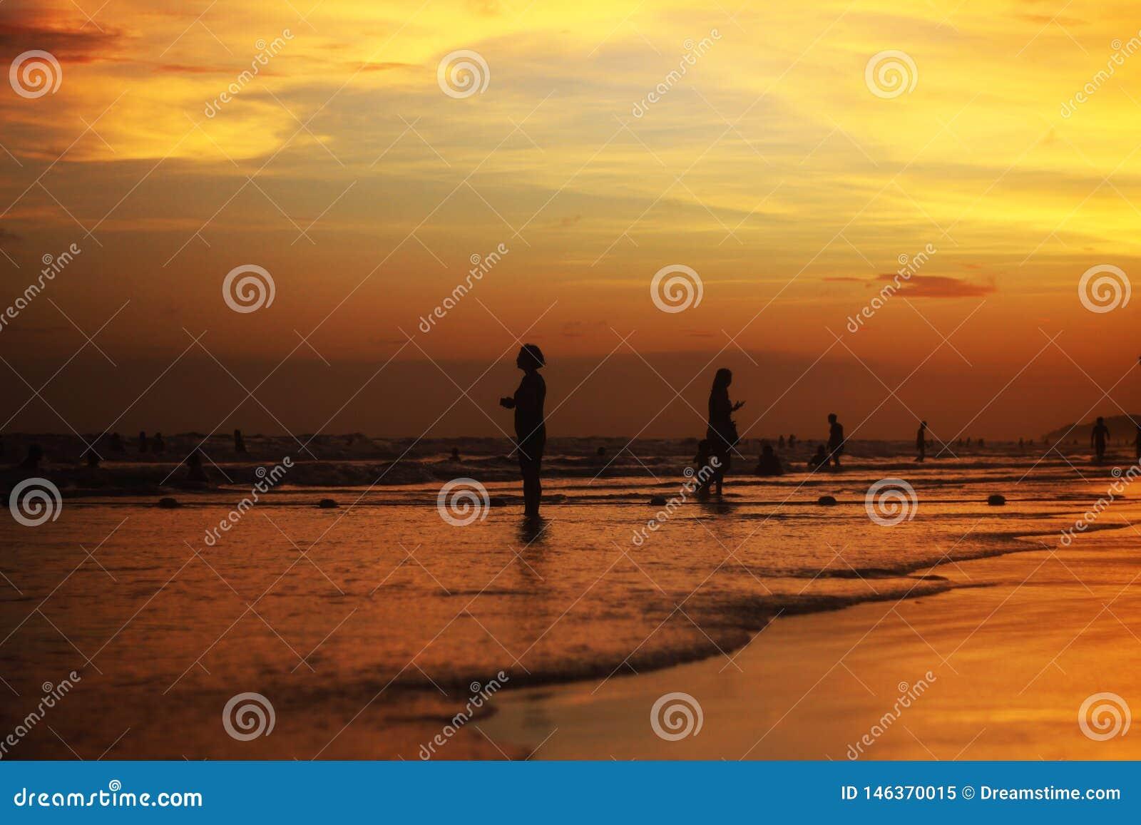 Η θάλασσα στο σούρουπο απεικονίζει το κίτρινο φως