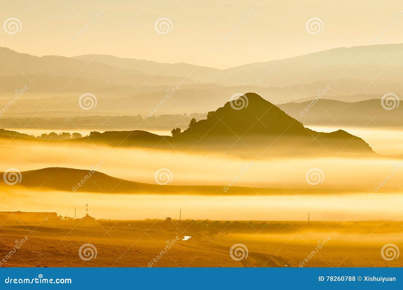 Η θάλασσα των σύννεφων και των λόφων στο λιβάδι