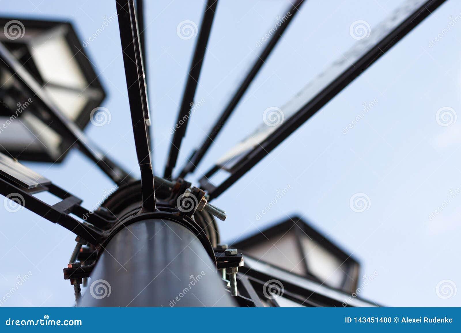 Η θέση λαμπτήρων αποτελείται από το μέταλλο ενάντια σε έναν μπλε ουρανό με τις πινακίδες των πόλεων