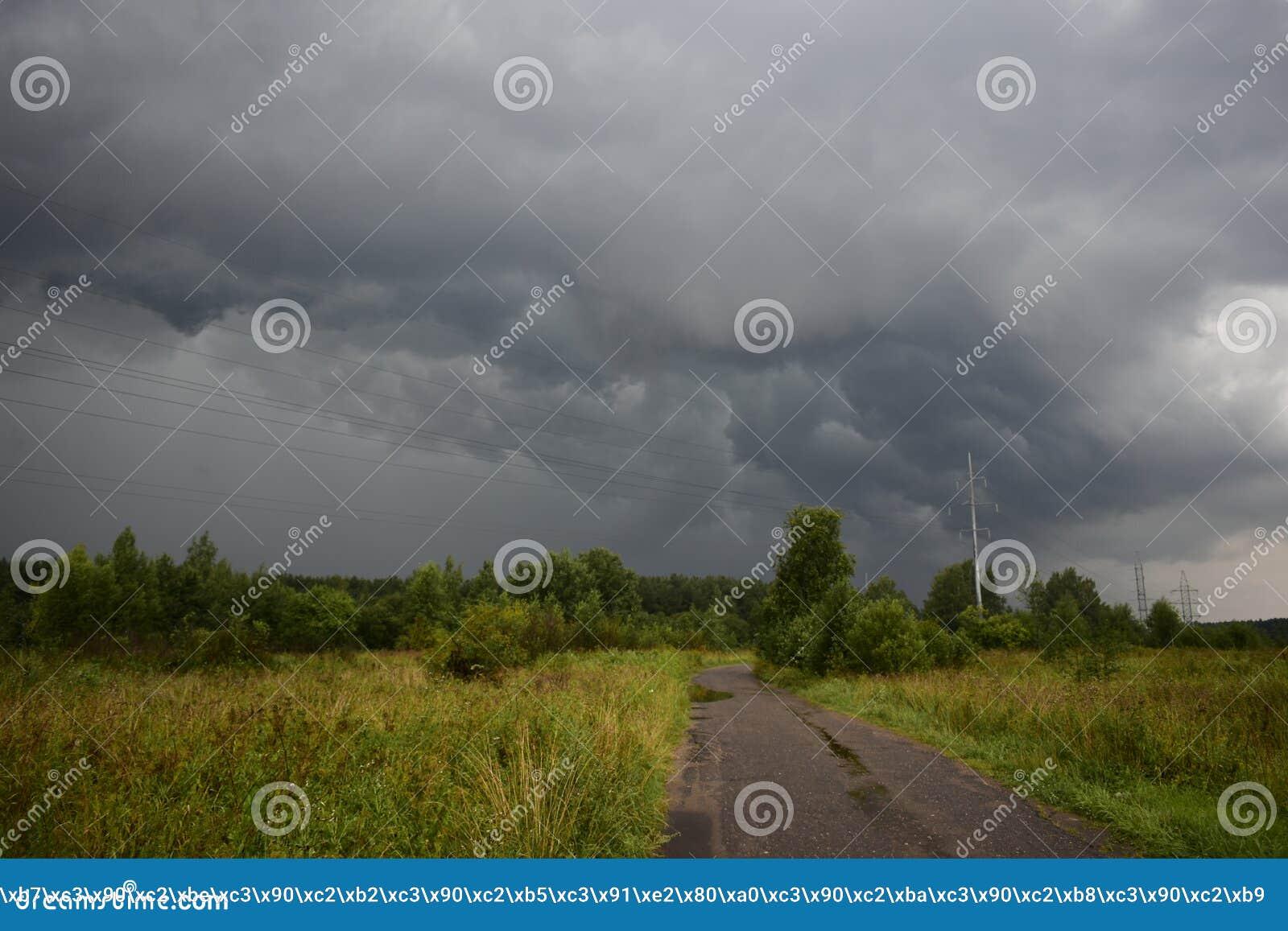 Η θερινή θύελλα βροχής καλύπτει το σκοτεινό ουρανό είναι ένα φυσικό στοιχείο στον ουρανό