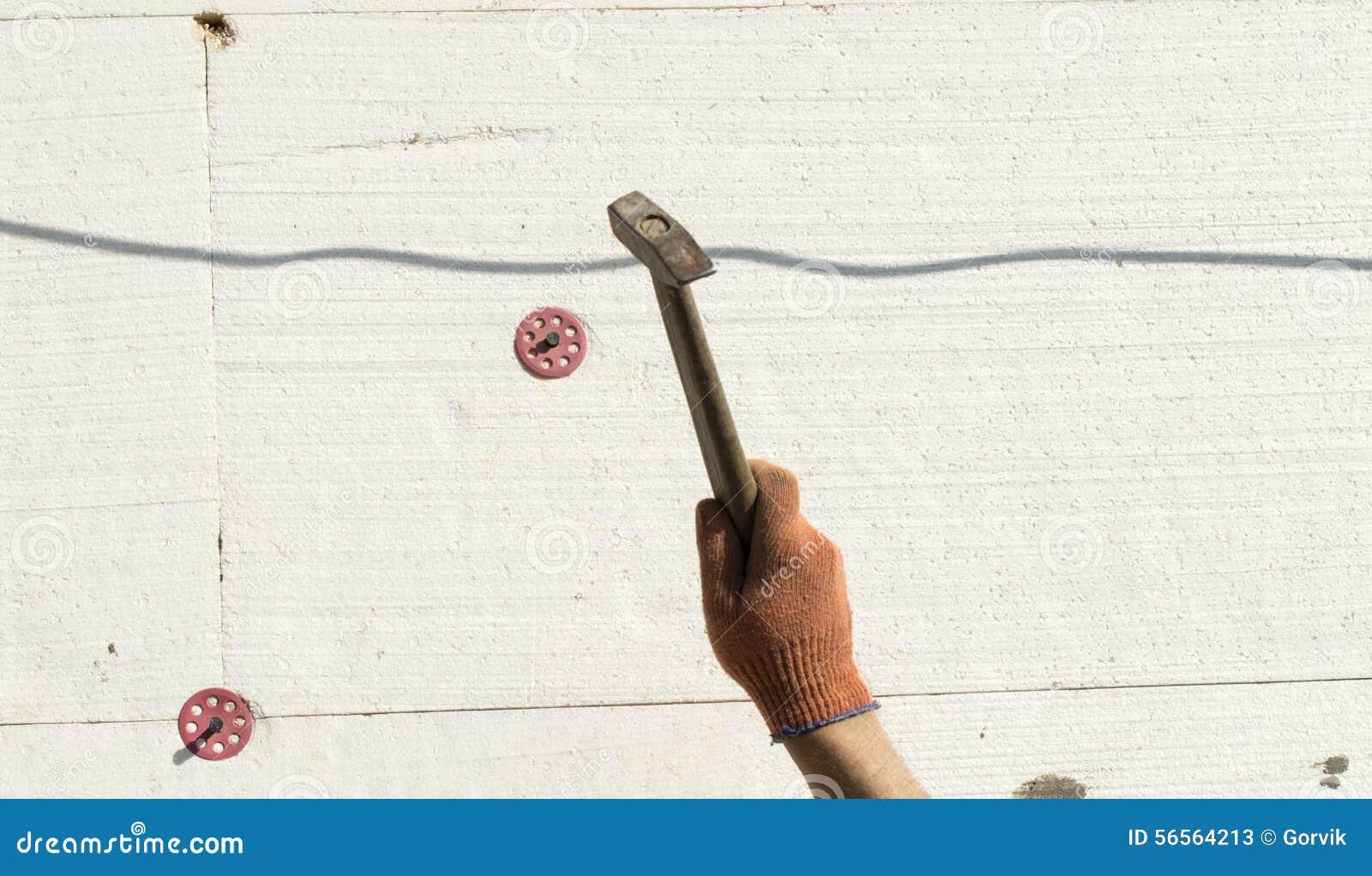 Download Η διαδικασία χρησιμοποιώντας ένα σφυρί μετάλλων Στοκ Εικόνα - εικόνα από σπίτι, σφυρί: 56564213