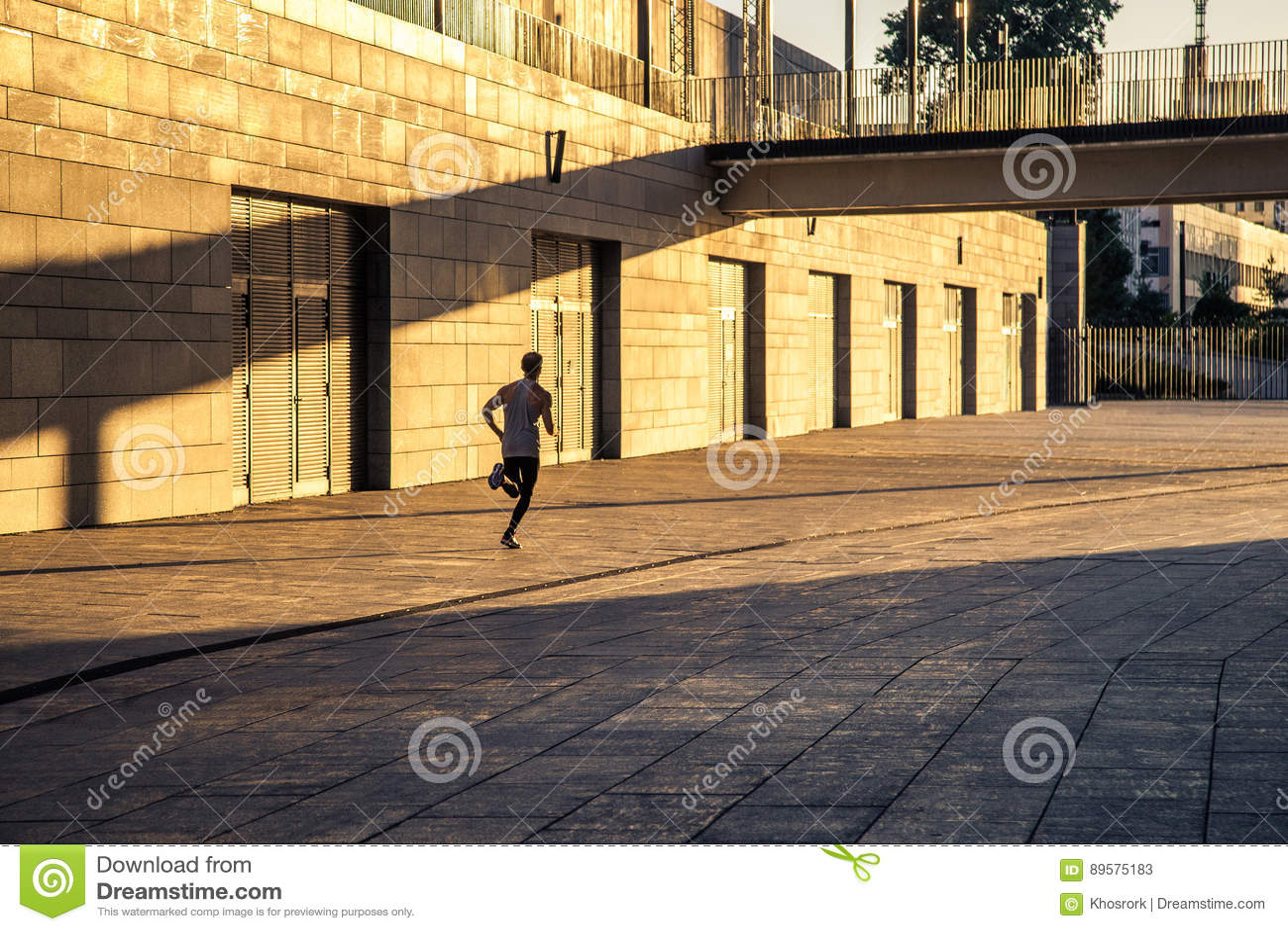 Ηλικίας αθλητικός τύπος που τρέχει στη εθνική οδό, υγιής εμπνευσμένος τρόπος ζωής ικανότητας, κατάρτιση διαστήματος ταχύτητας αθλ