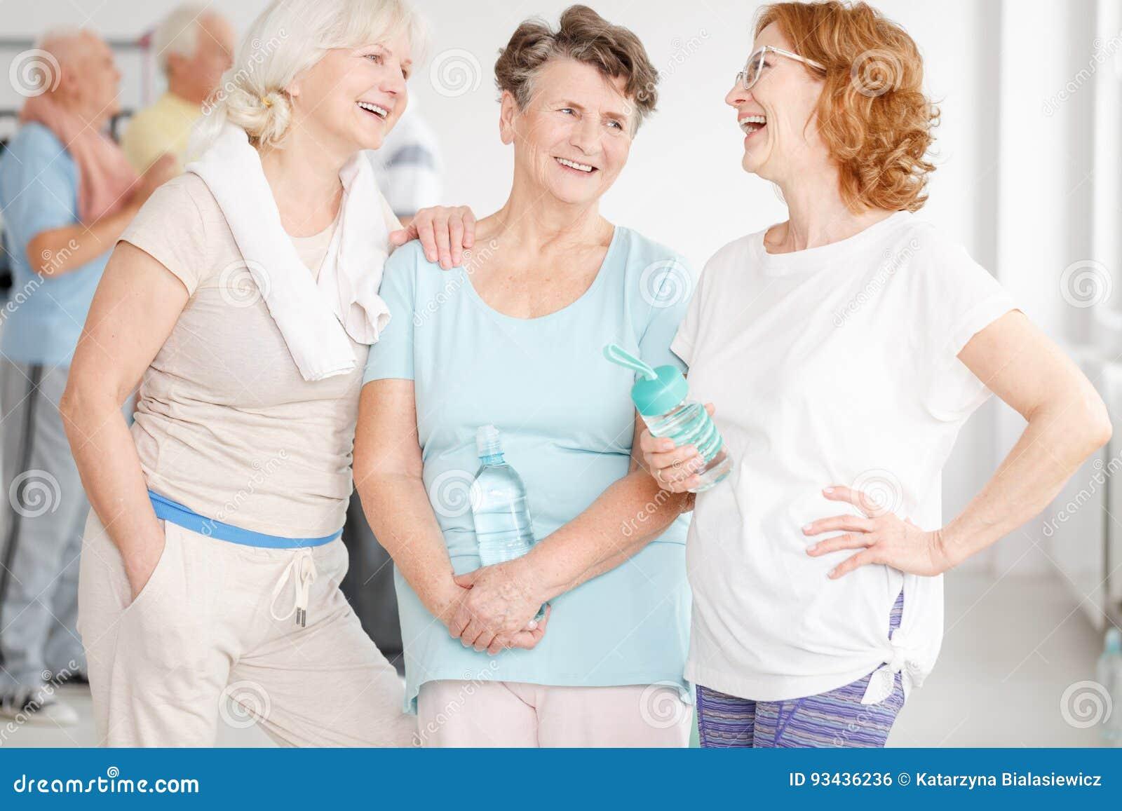 Ηλικιωμένες φίλες στη γυμναστική