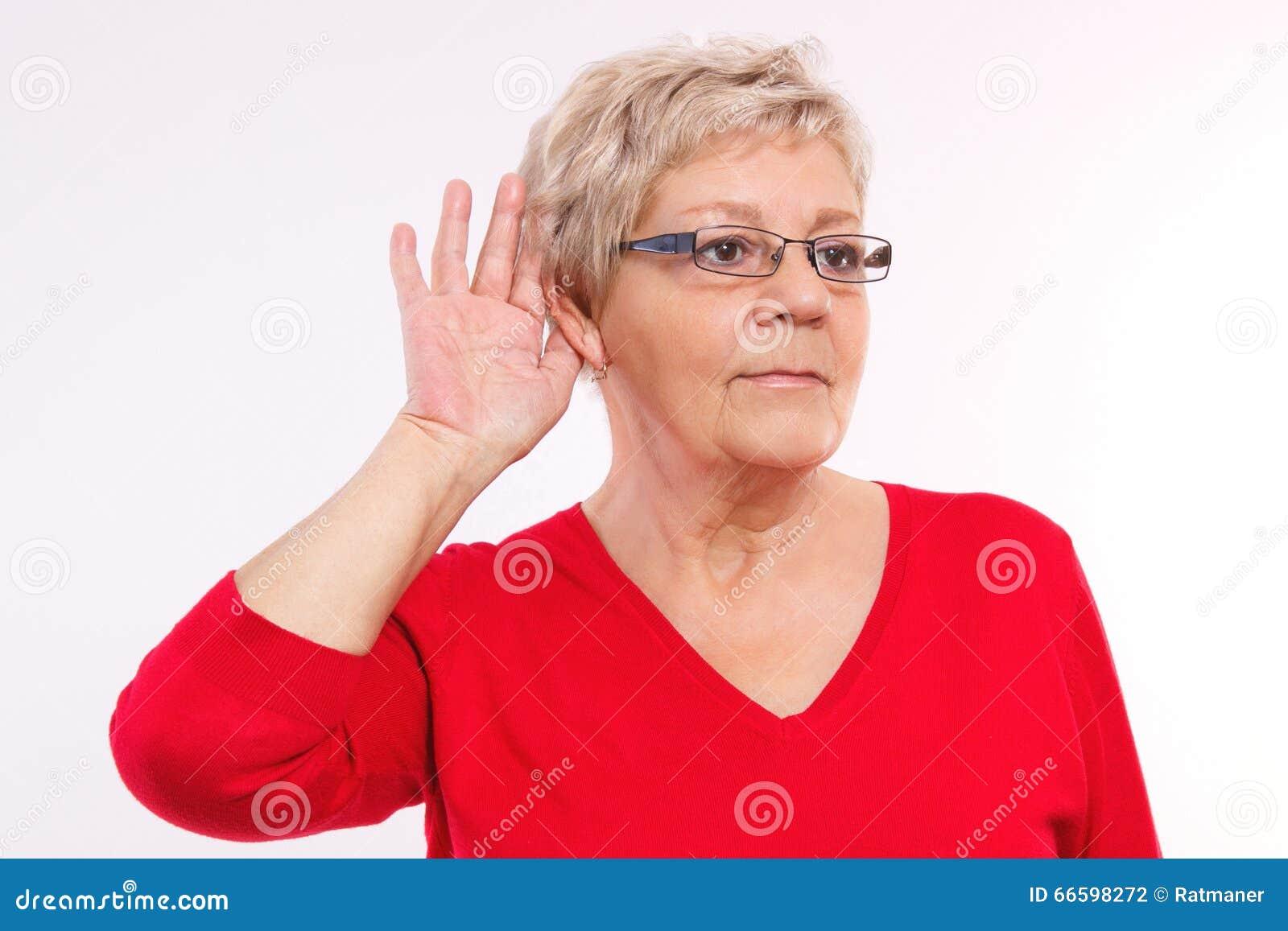 Ηλικιωμένη γυναίκα που τοποθετεί το χέρι στο αυτί, δυσκολία στην ακρόαση στη μεγάλη ηλικία