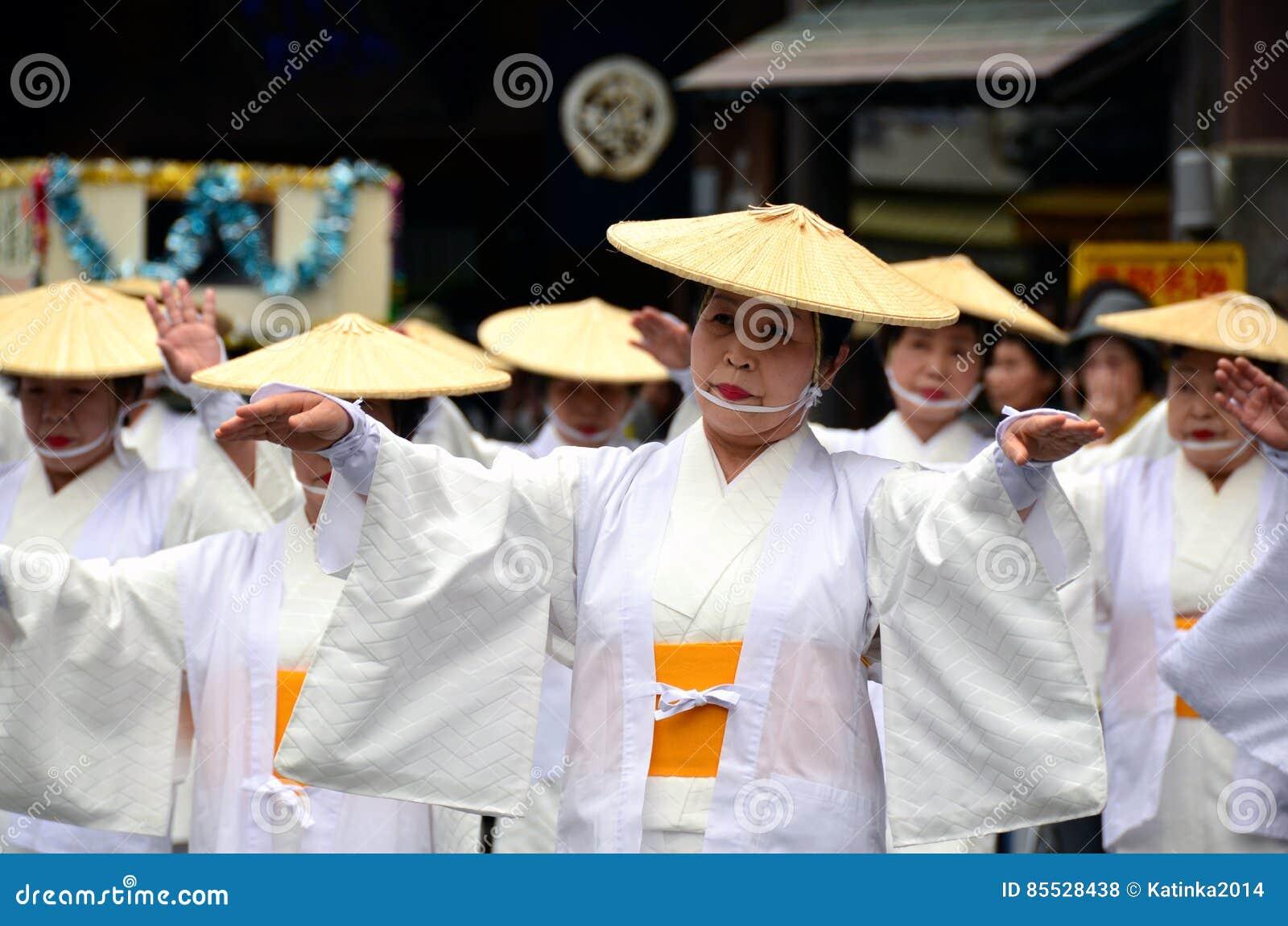 Ηλικιωμένοι ιαπωνικοί λαϊκοί χορευτές στα παραδοσιακά ενδύματα
