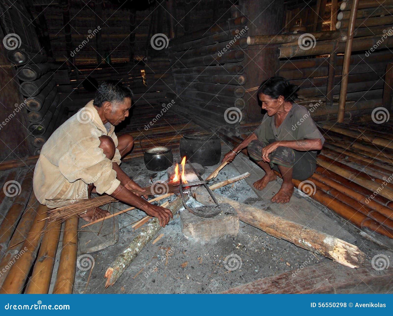 Download Ηλικιωμένοι Sumbanese που κάνουν την πυρκαγιά Εκδοτική Στοκ Εικόνες - εικόνα από σπίτι, ινδονησία: 56550298