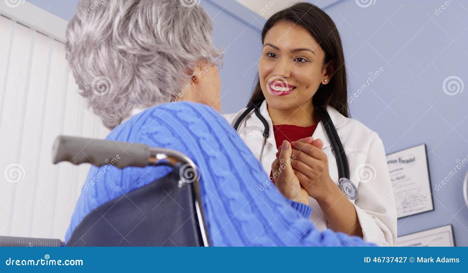 Ηλικιωμένος ασθενής που ευχαριστεί το μεξικάνικο γιατρό γυναικών