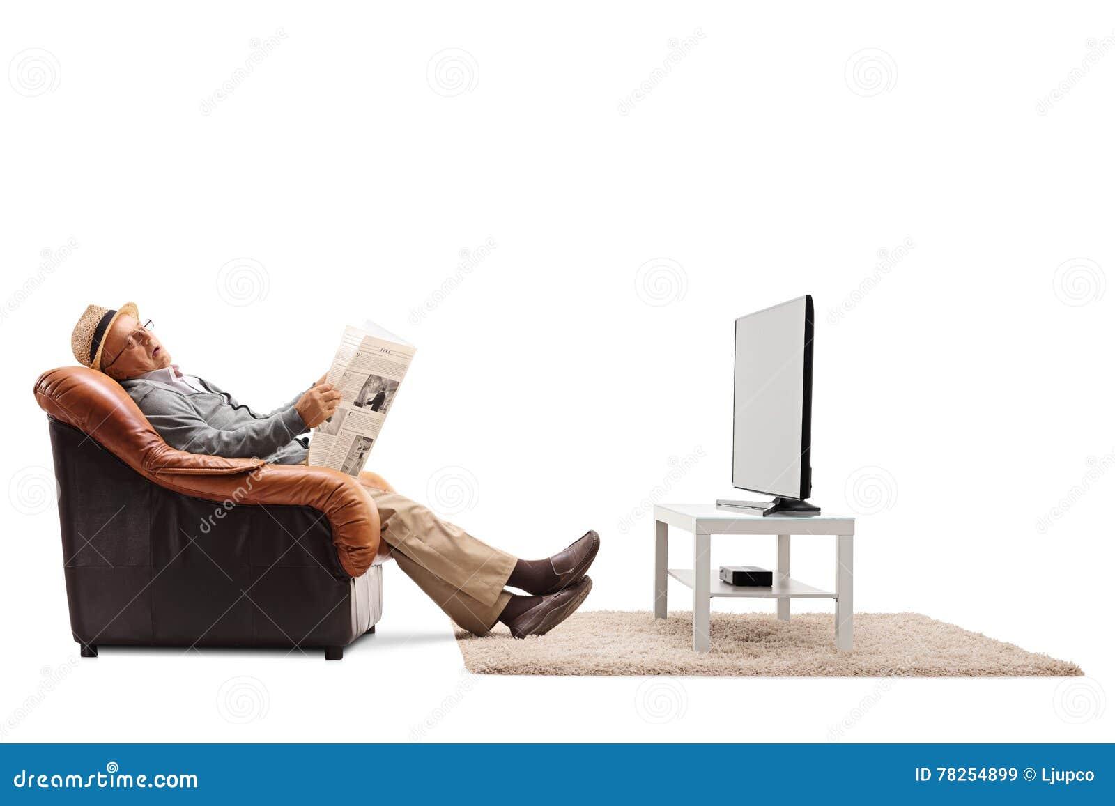 Ηλικιωμένος ύπνος ατόμων μπροστά από τη TV