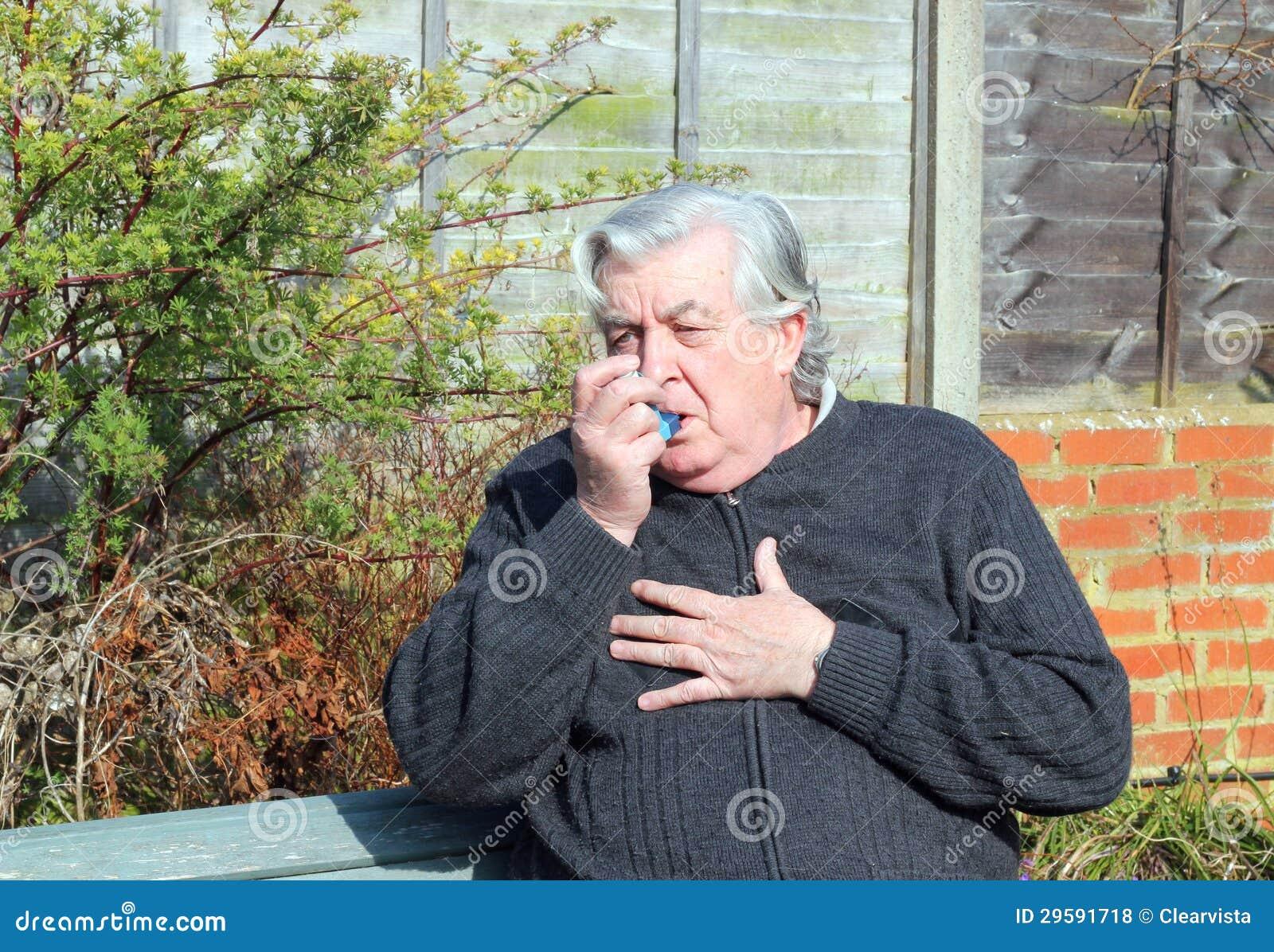 Ηλικιωμένο άτομο με inhaler άσθματος.