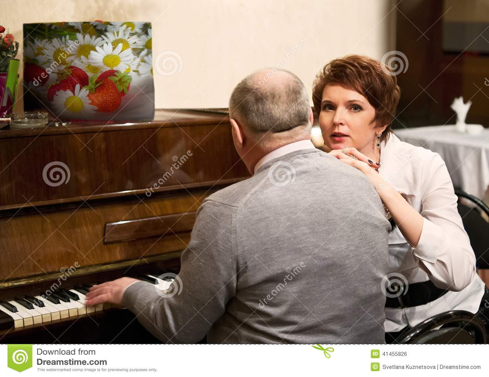 Ηλικιωμένο ζευγάρι στον καφέ στο πιάνο