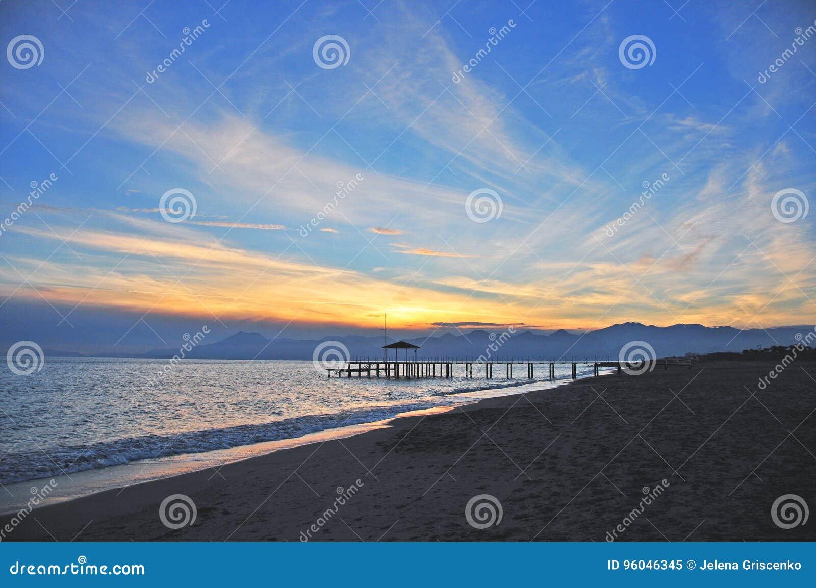 Ηλιοβασίλεμα και μια αμμώδης παραλία σε Antalya