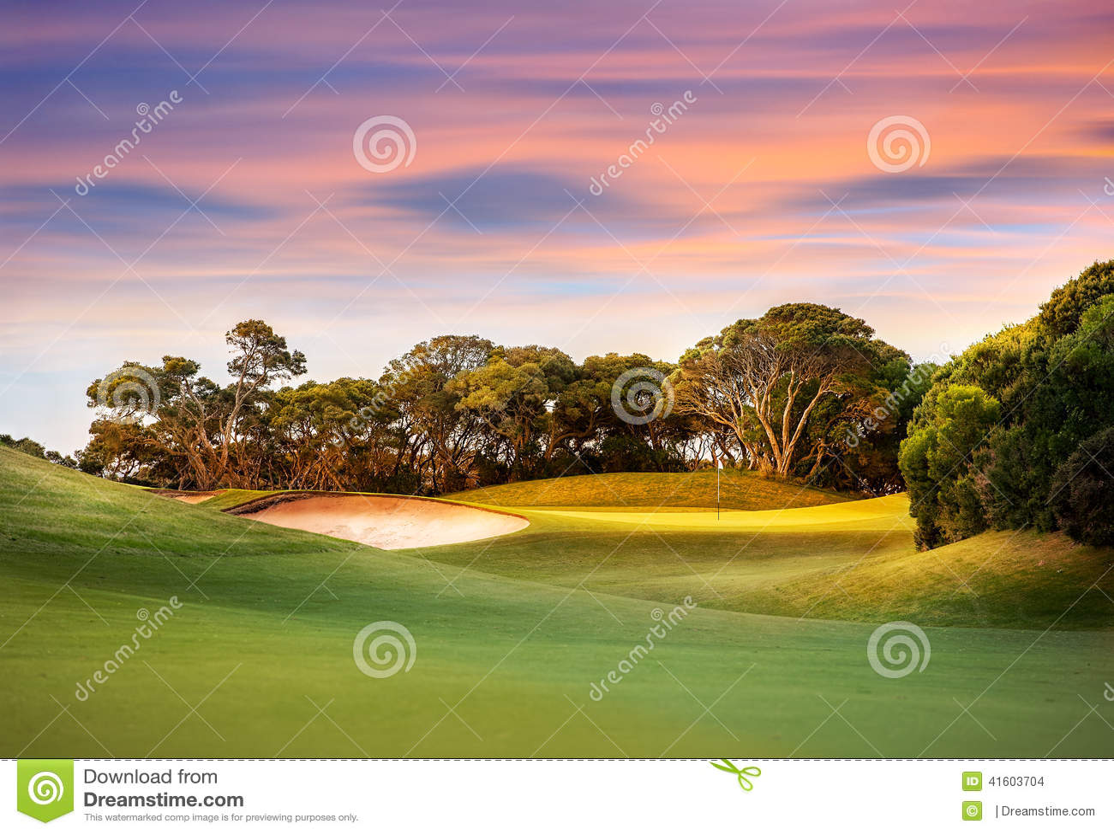 Ηλιοβασίλεμα πέρα από το γήπεδο του γκολφ