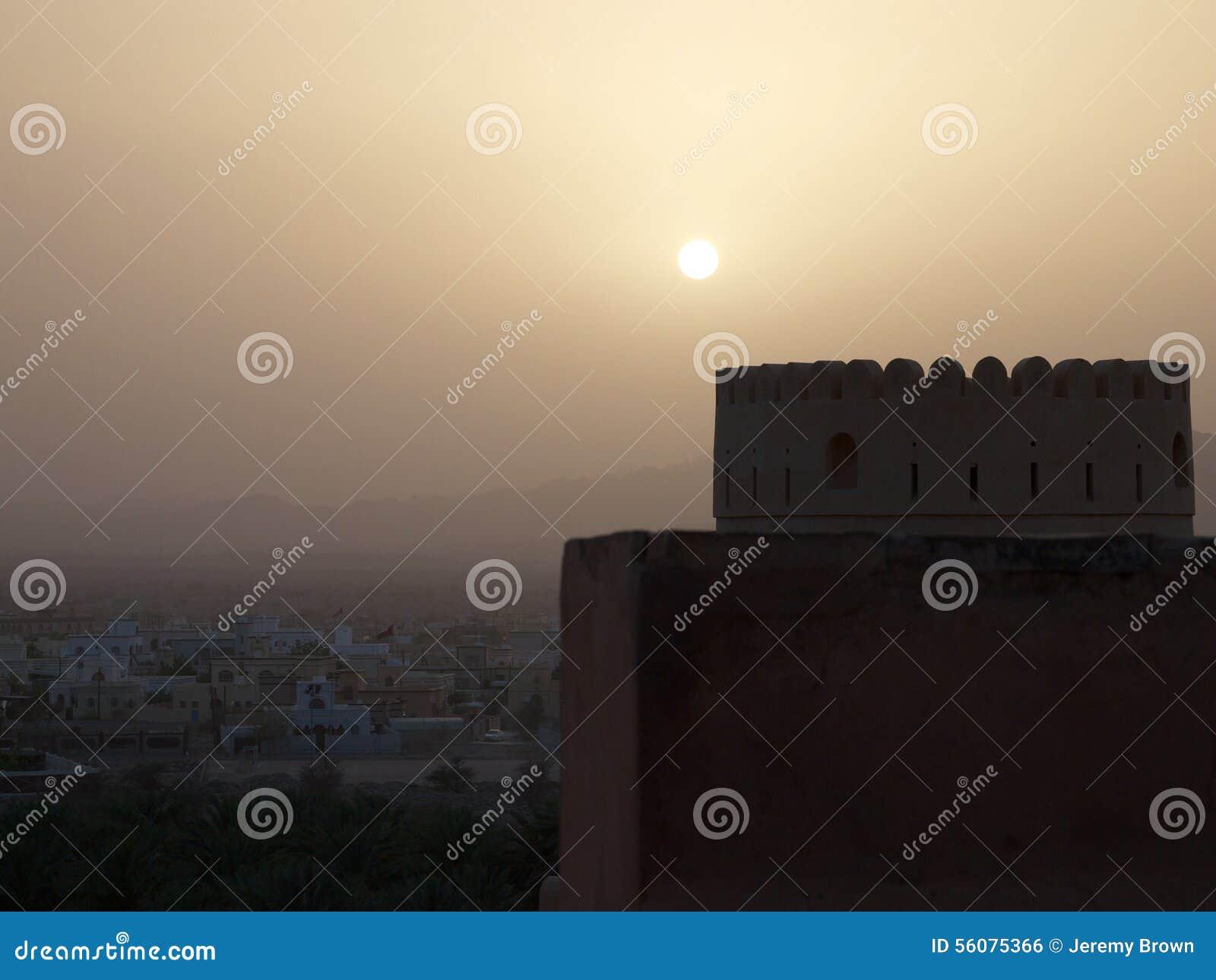 Ηλιοβασίλεμα πέρα από το οχυρό Nakhal