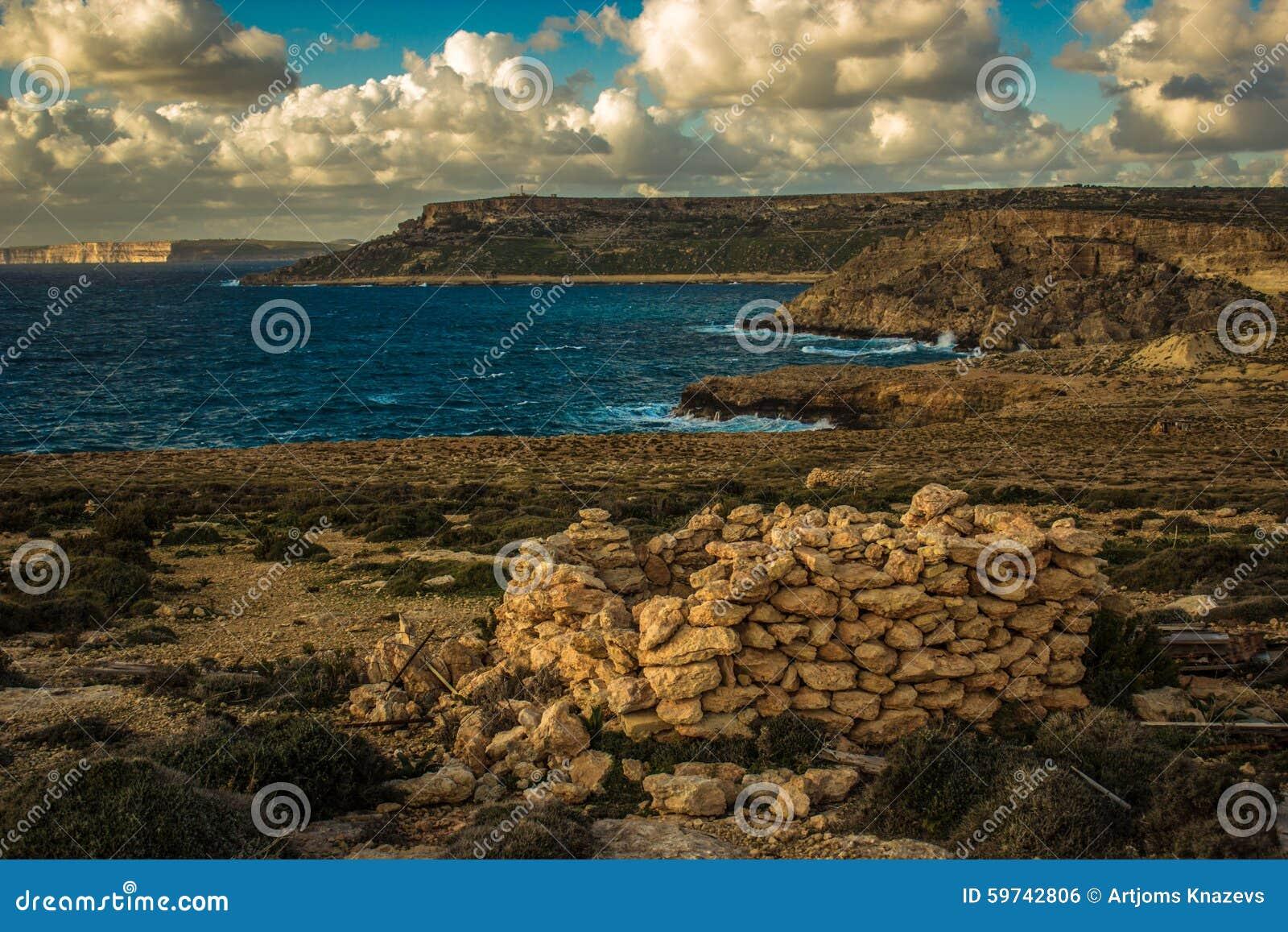 Ηλιοβασίλεμα πέρα από Gozo Της Μάλτα νησιά, νότια Ευρώπη