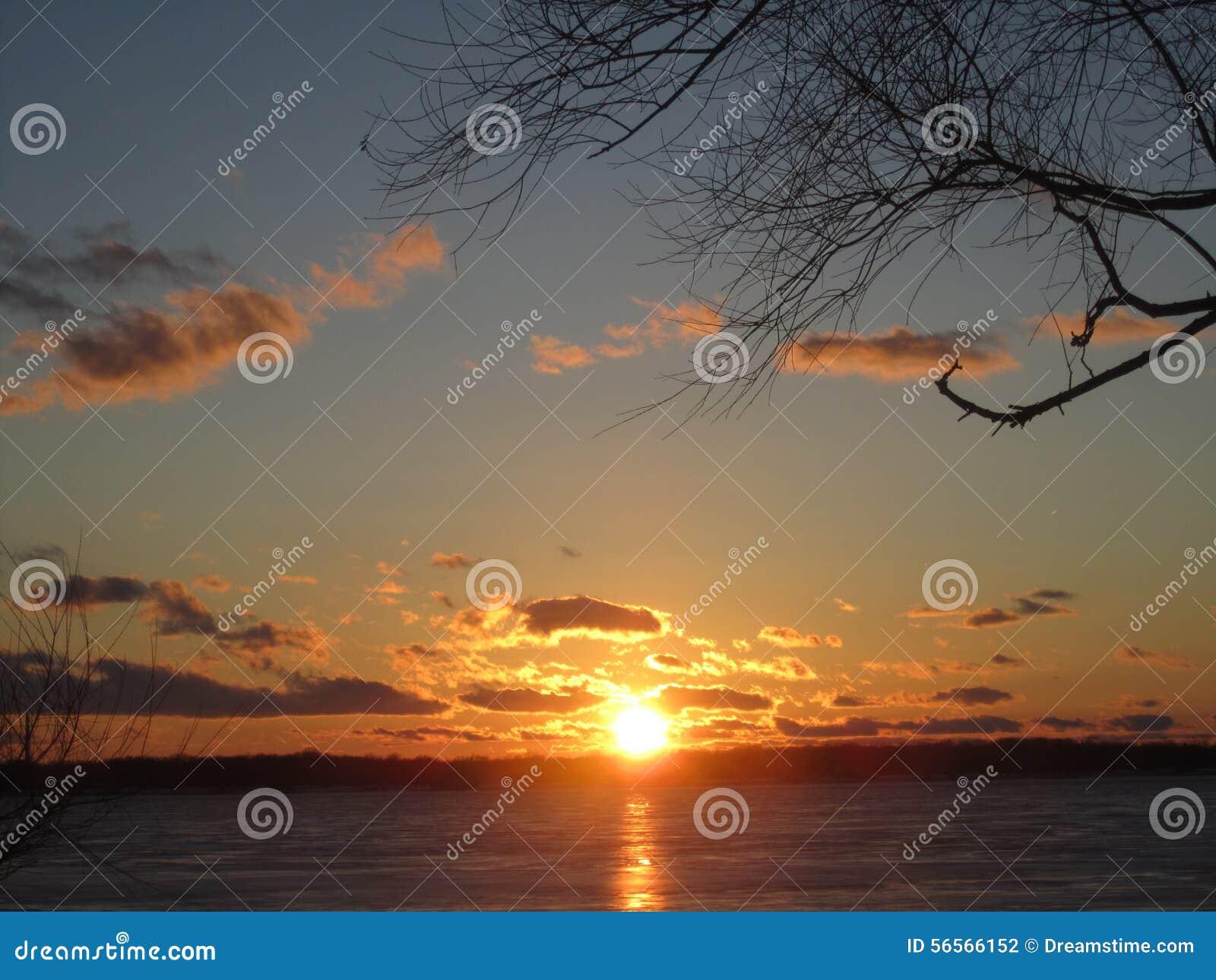 Download Ηλιοβασίλεμα πτώσης πέρα από το νησί Μίτσιγκαν Grosse Στοκ Εικόνες - εικόνα από ήλιος, ηλιοβασίλεμα: 56566152