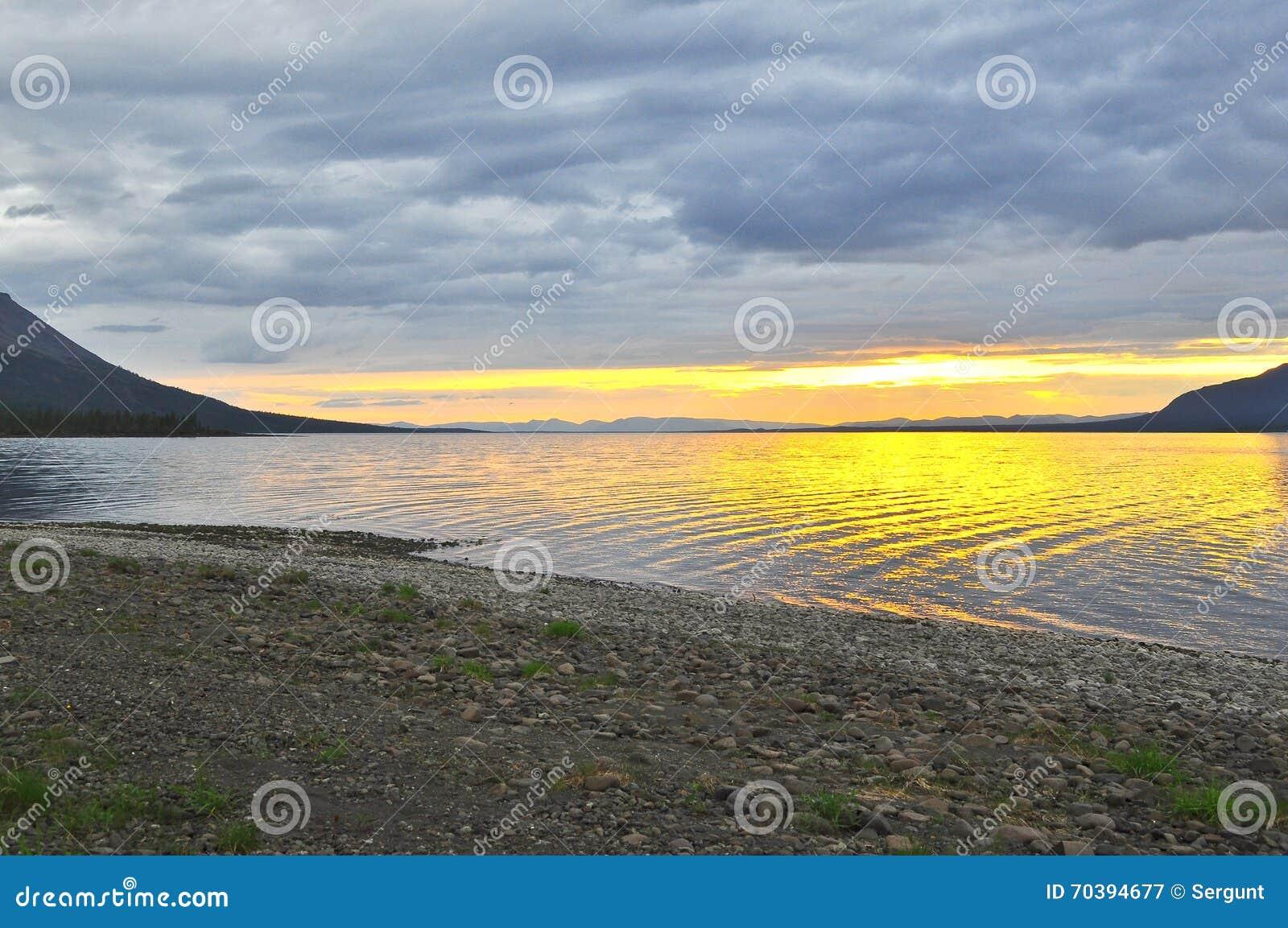 Ηλιοβασίλεμα σε μια λίμνη στη Σιβηρία