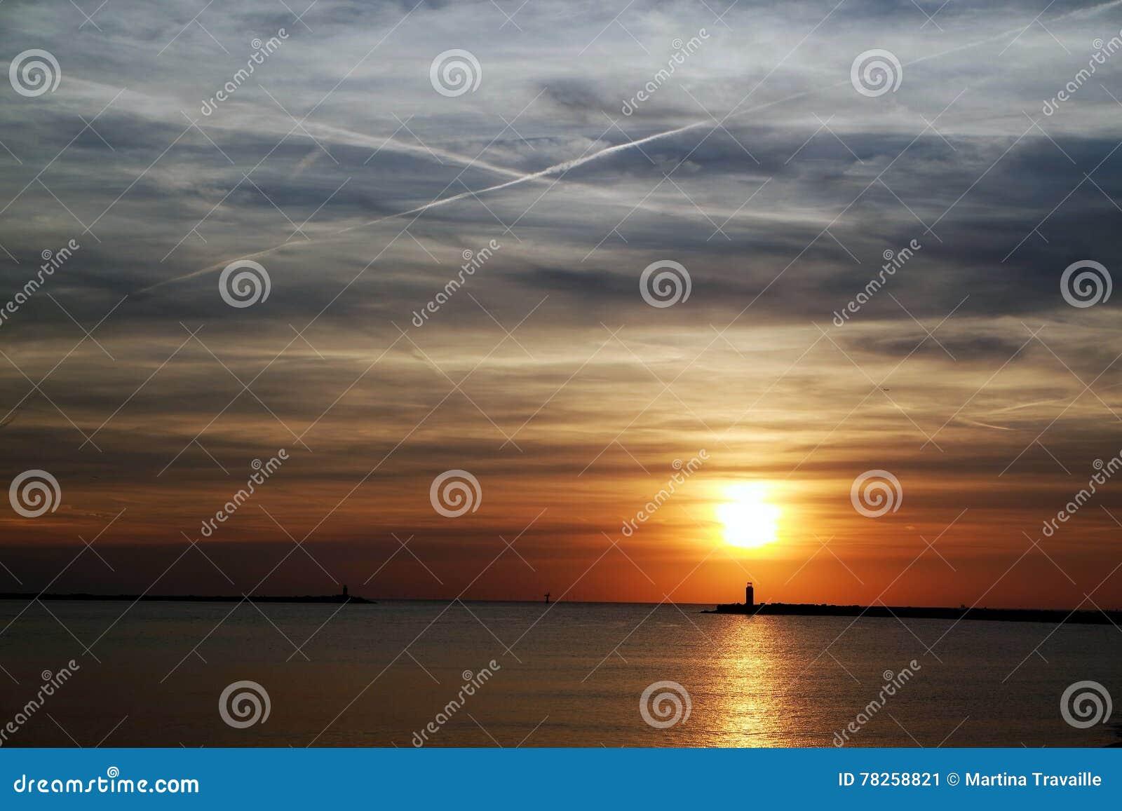 Ηλιοβασίλεμα στην αποβάθρα/το λιμενοβραχίονα στην Ολλανδία