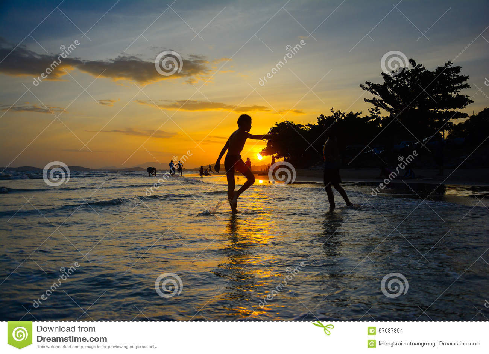 Ηλιοβασίλεμα στην παραλία rayong Ταϊλάνδη mae pim