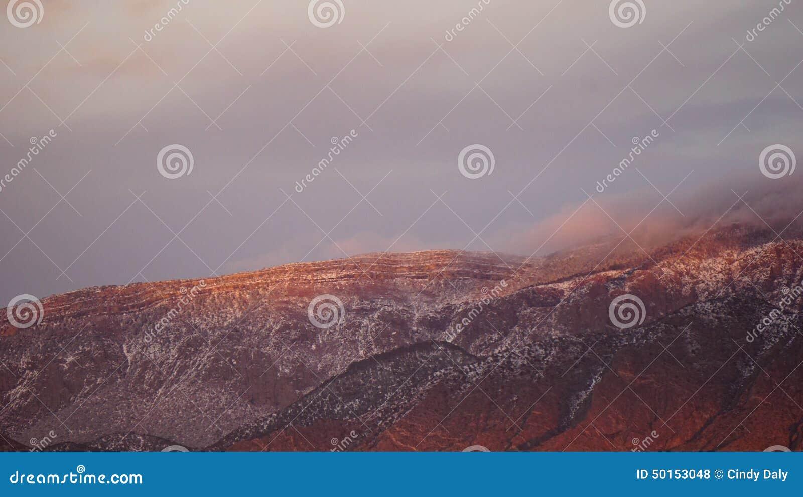 Ηλιοβασίλεμα στην υψηλή κορυφογραμμή των βουνών Sandia