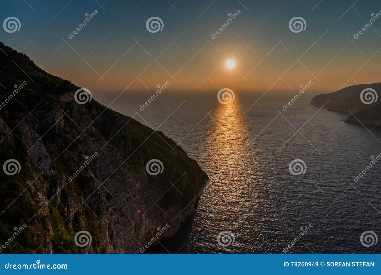Ηλιοβασίλεμα στη mediteranean θάλασσα