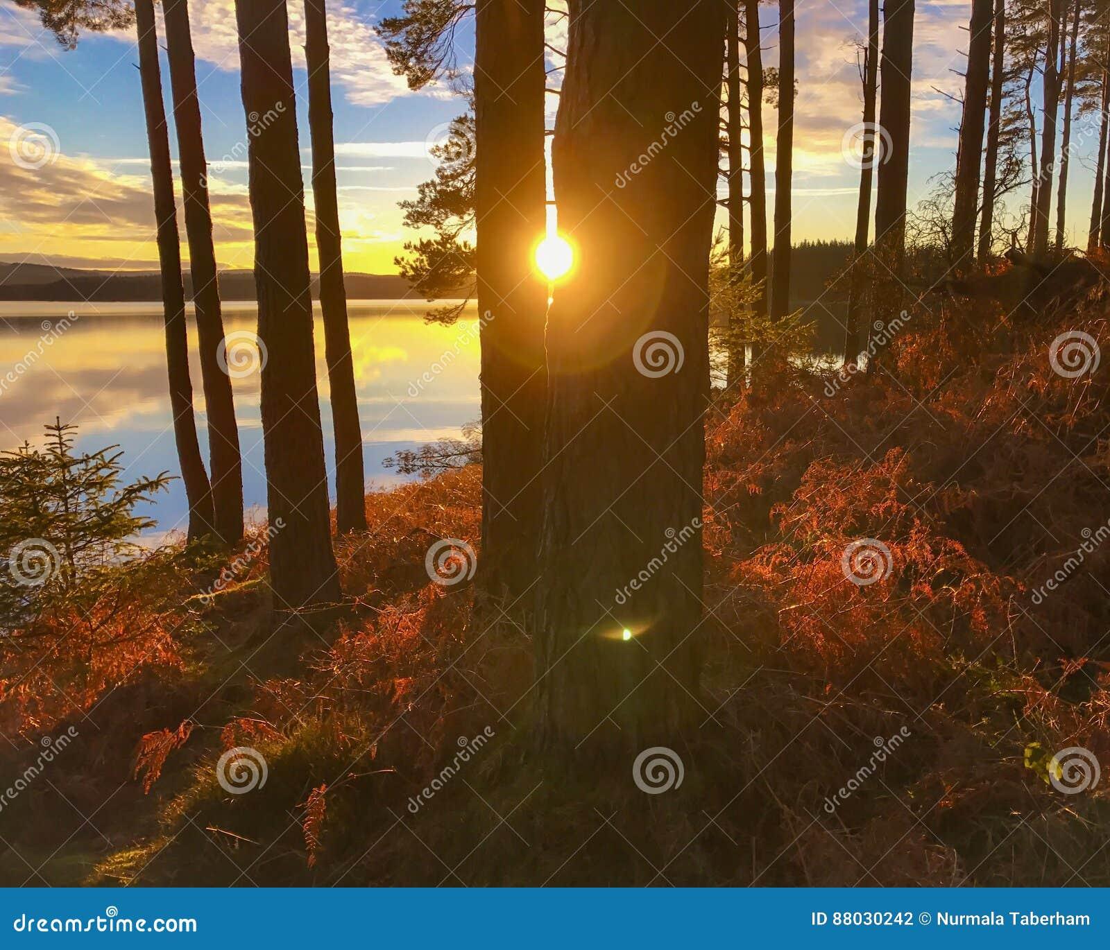 Ηλιοβασίλεμα στο νερό Kielder, πάρκο της Northumberland, Αγγλία