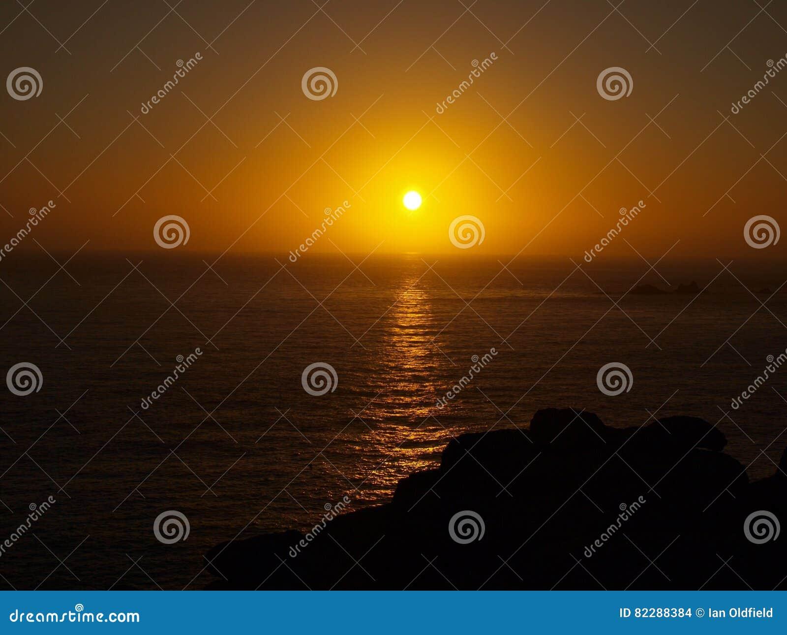 Ηλιοβασίλεμα στο τέλος εδαφών στην Κορνουάλλη