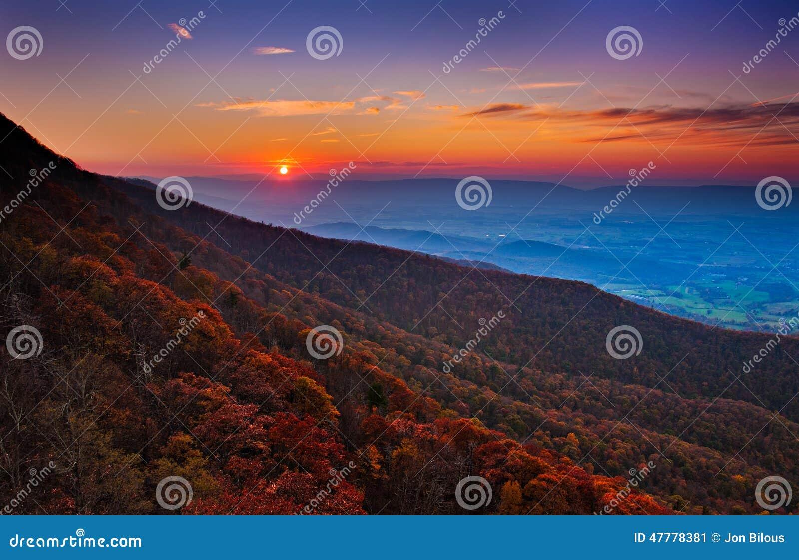 Ηλιοβασίλεμα φθινοπώρου πέρα από την κοιλάδα Shenandoah και το της όξινης απορροής Mountai