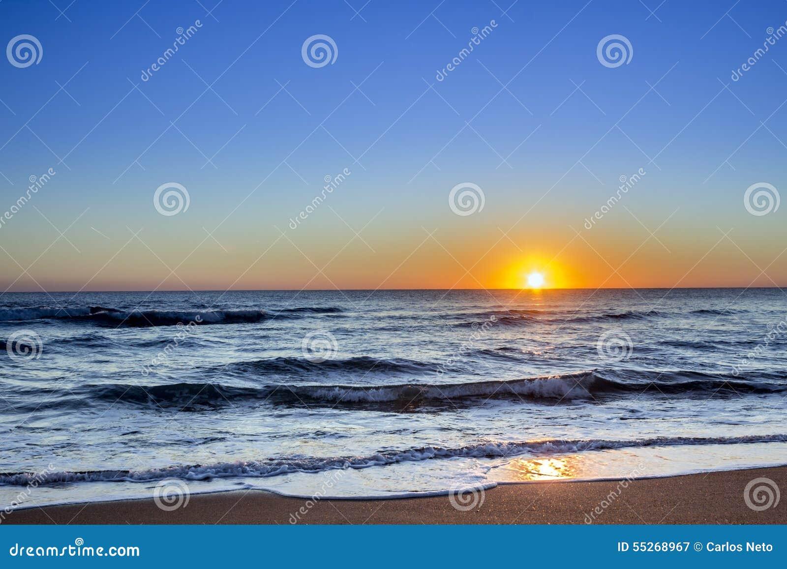 Ηλιοβασίλεμα seascape παραλιών Dunas Douradas, διάσημος προορισμός