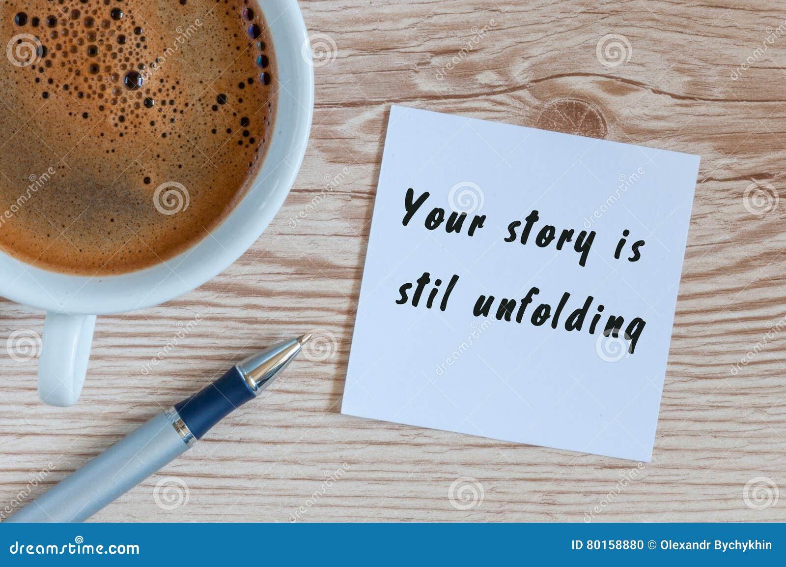 Η ιστορία σας ξετυλίγει ακόμα την επιγραφή κινήτρου στο σημειωματάριο κοντά στο φλιτζάνι του καφέ πρωινού, τοπ άποψη με το κενό δ