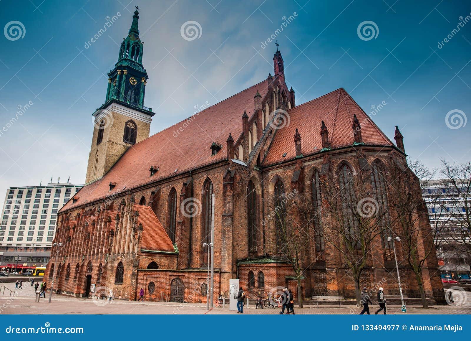 Η ιστορική και όμορφη εκκλησία του ST Mary που βρίσκεται στο κεντρικό Βερολίνο σε ένα κρύο τέλος της χειμερινής ημέρας