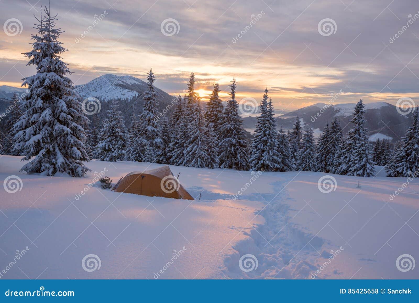 Η κίτρινη σκηνή που καλύπτεται με τον παγετό είναι στα χειμερινά βουνά