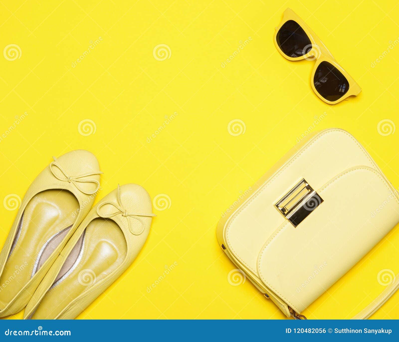 Η καθιερώνουσα τη μόδα κίτρινη ορισμένη γυναίκα μόδας, συλλογή εξαρτημάτων στο κίτρινο υπόβαθρο, θερινή έννοια, επίπεδο βάζει, το