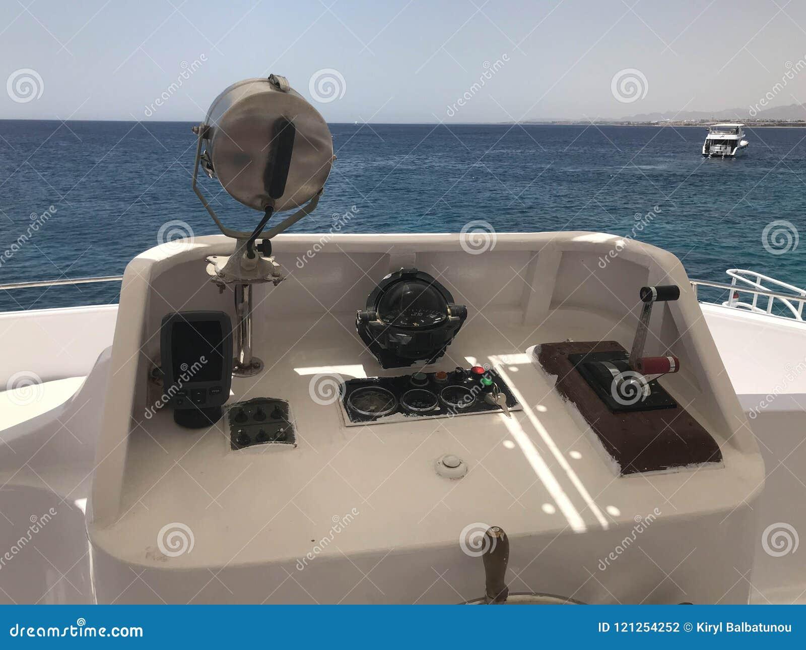 Η καμπίνα καπετάνιου ` s σε ένα carboat, βάρκα, σκάφος της γραμμής κρουαζιέρας με ένα τιμόνι, αντηχεί τον ηχοβολητή, πυξίδα θάλασ