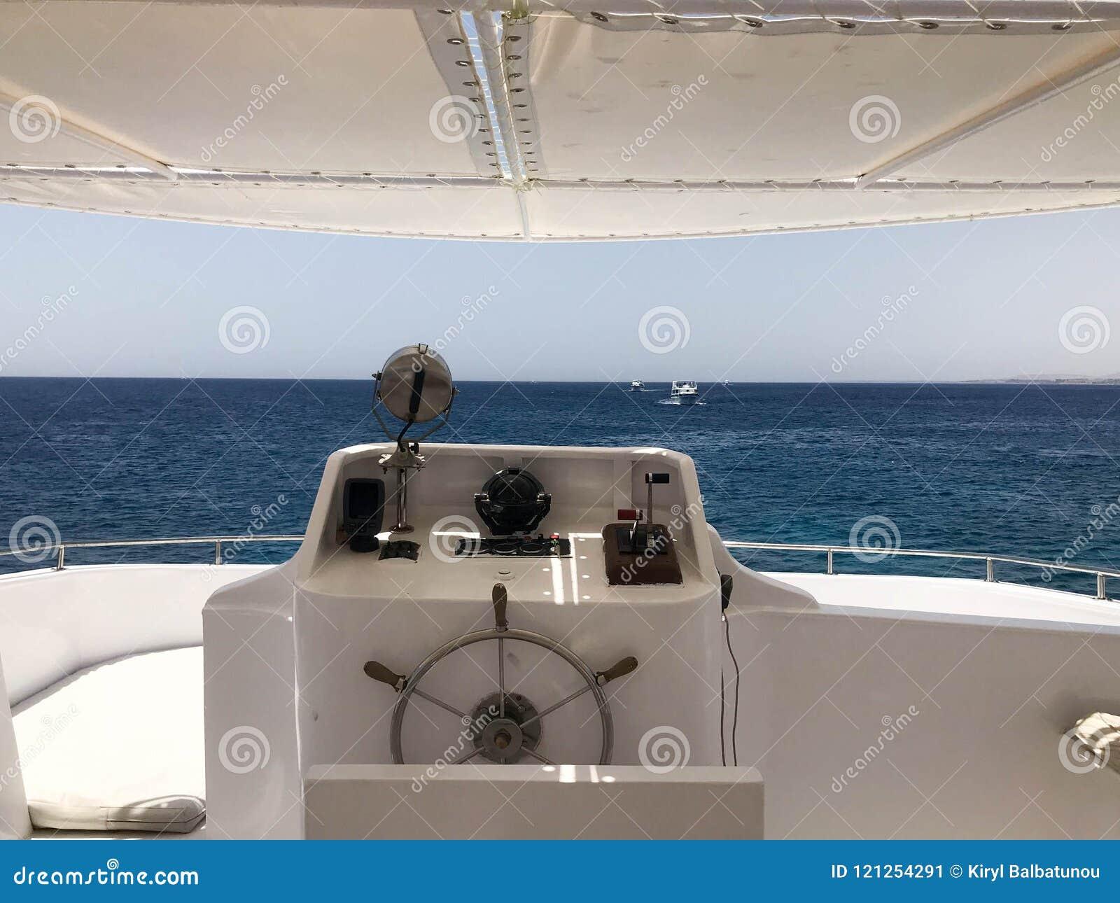 Η καμπίνα καπετάνιου ` s σε caroble, βάρκα με το τιμόνι, αντηχεί τον ηχοβολητή, την πυξίδα θάλασσας, τον πλοηγό, το πιάσιμο αερίο