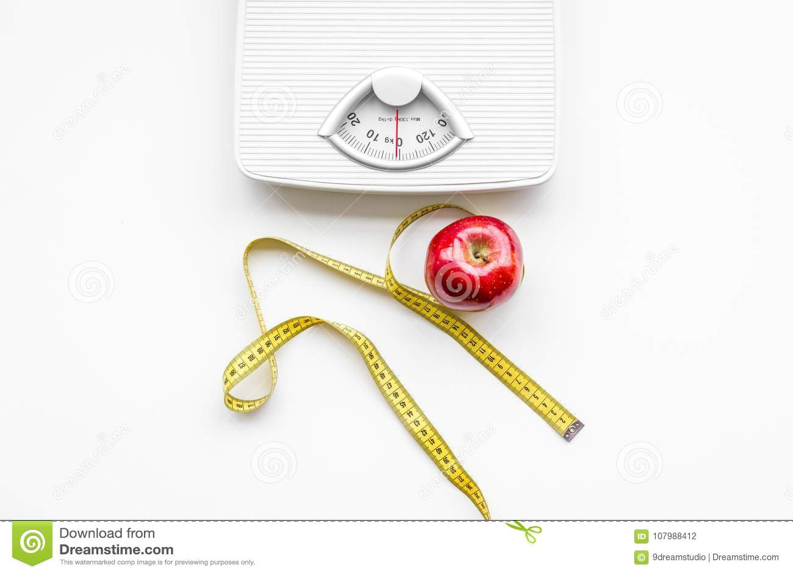 Η κατάλληλη διατροφή για χάνει το βάρος Κλίμακα, που μετρά την ταινία, μήλο στην άσπρη τοπ άποψη υποβάθρου
