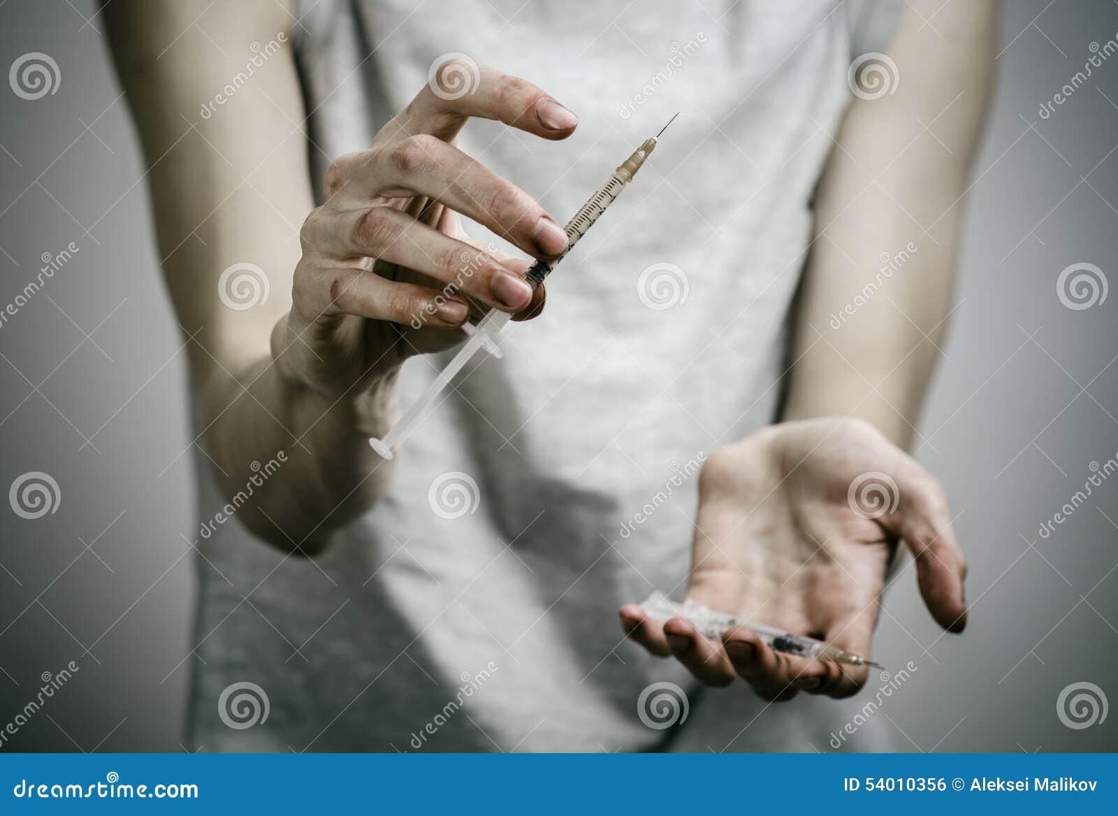 Η καταπολέμηση των ναρκωτικών και του θέματος εθισμού στα ναρκωτικά: μεμβρανοειδής βρώμικος εξαρτημένος που κρατά μια σύριγγα με