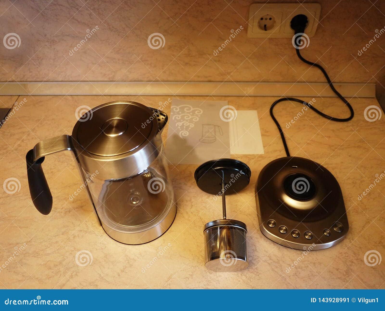 Η κατσαρόλα στην κουζίνα Όμορφος πίνακας με τα κουλούρια και το καυτό τσάι Λεπτομέρειες και κινηματογράφηση σε πρώτο πλάνο