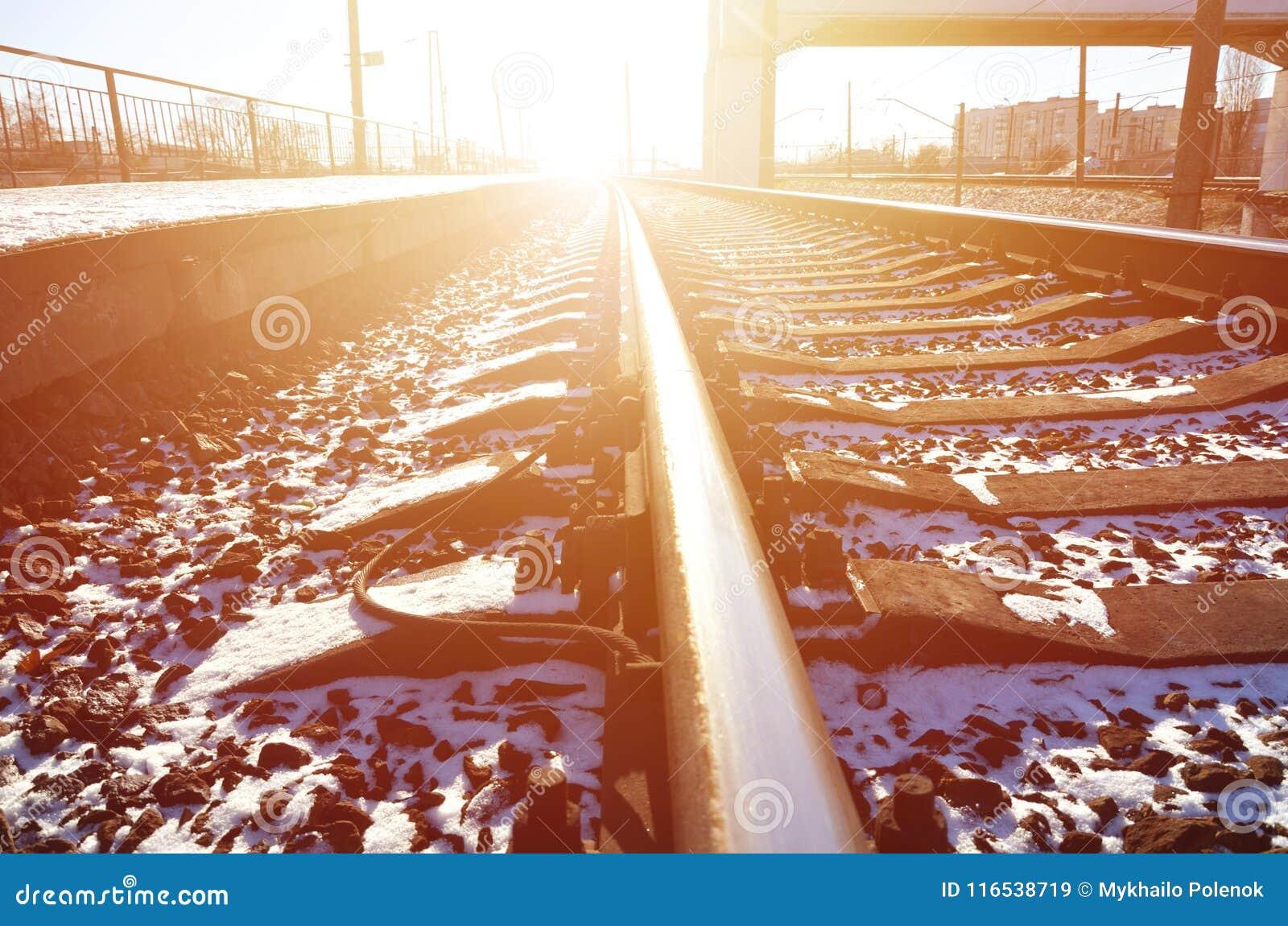 Η κενή πλατφόρμα σιδηροδρομικών σταθμών για την αναμονή εκπαιδεύει ` Novoselovka ` σε Kharkiv, Ουκρανία Πλατφόρμα σιδηροδρόμων το